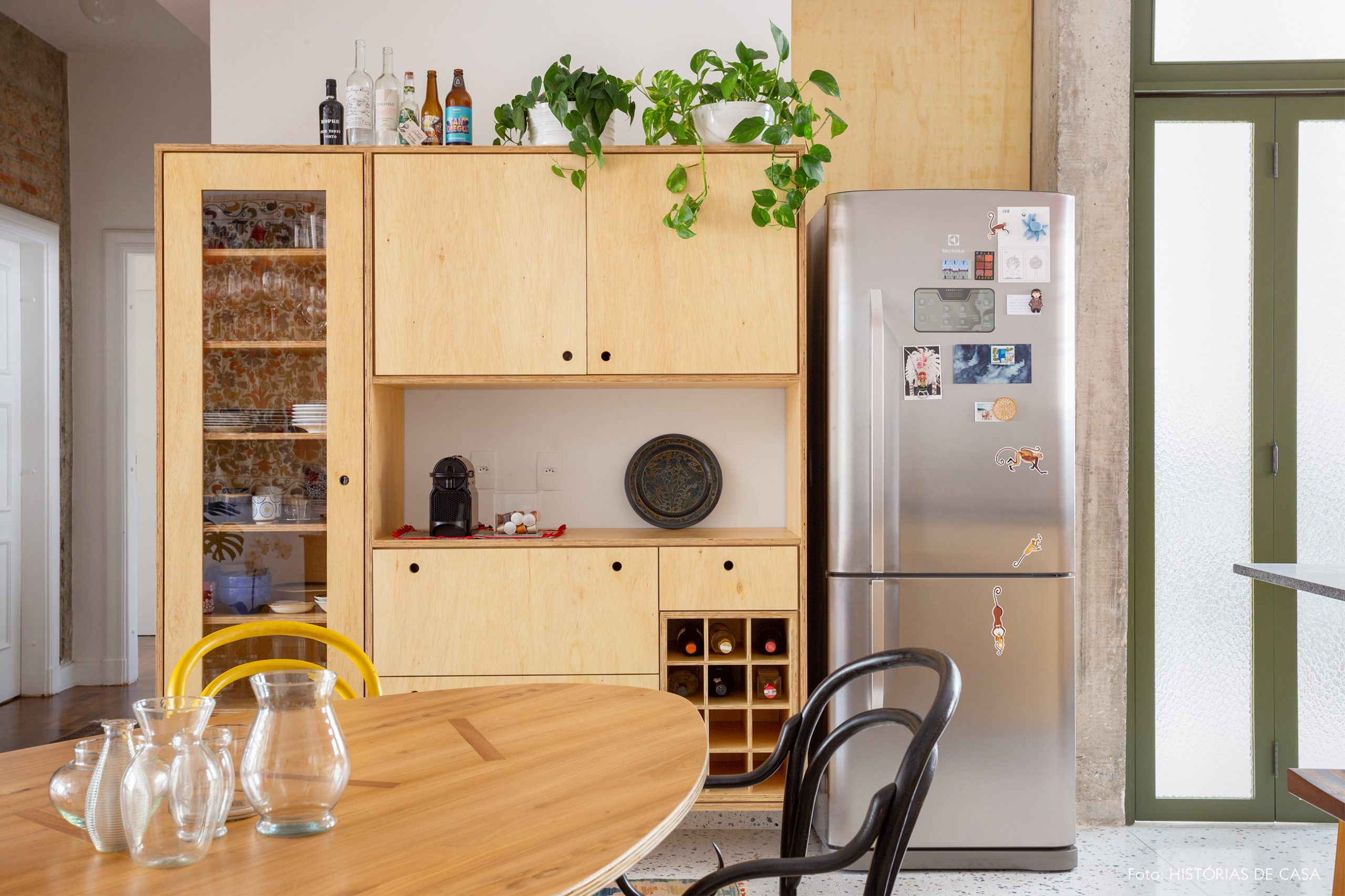 decoração cozinha com armarios de madeira, piso de granilite e cadeira thonet