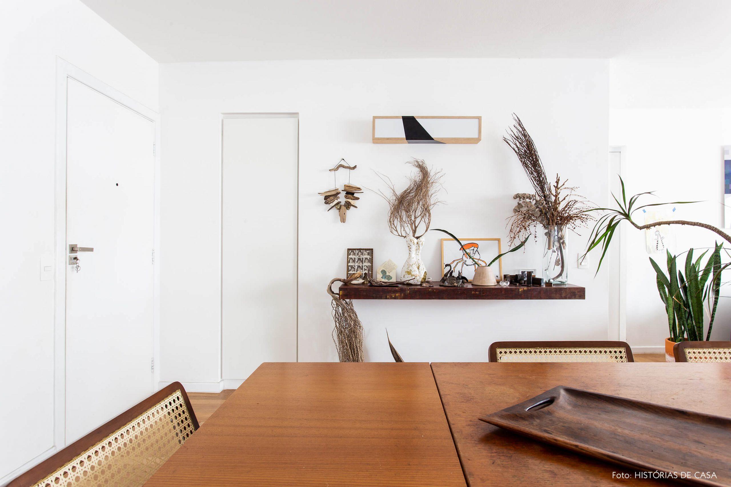 decoração sala jantar com mesa madeira e cadeiras palhinha