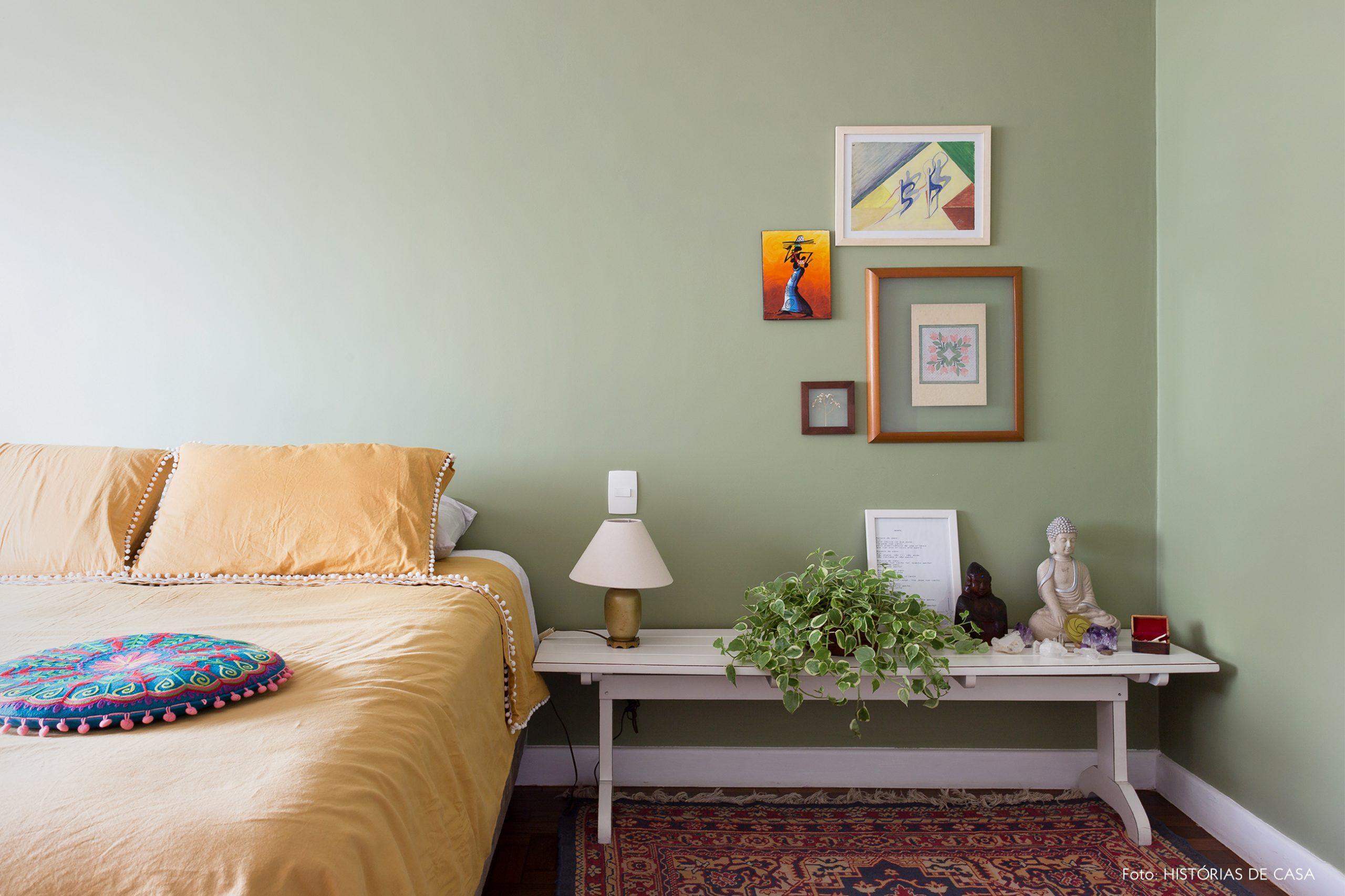 decoração quarto com parede verde e altar em banco de madeira branco