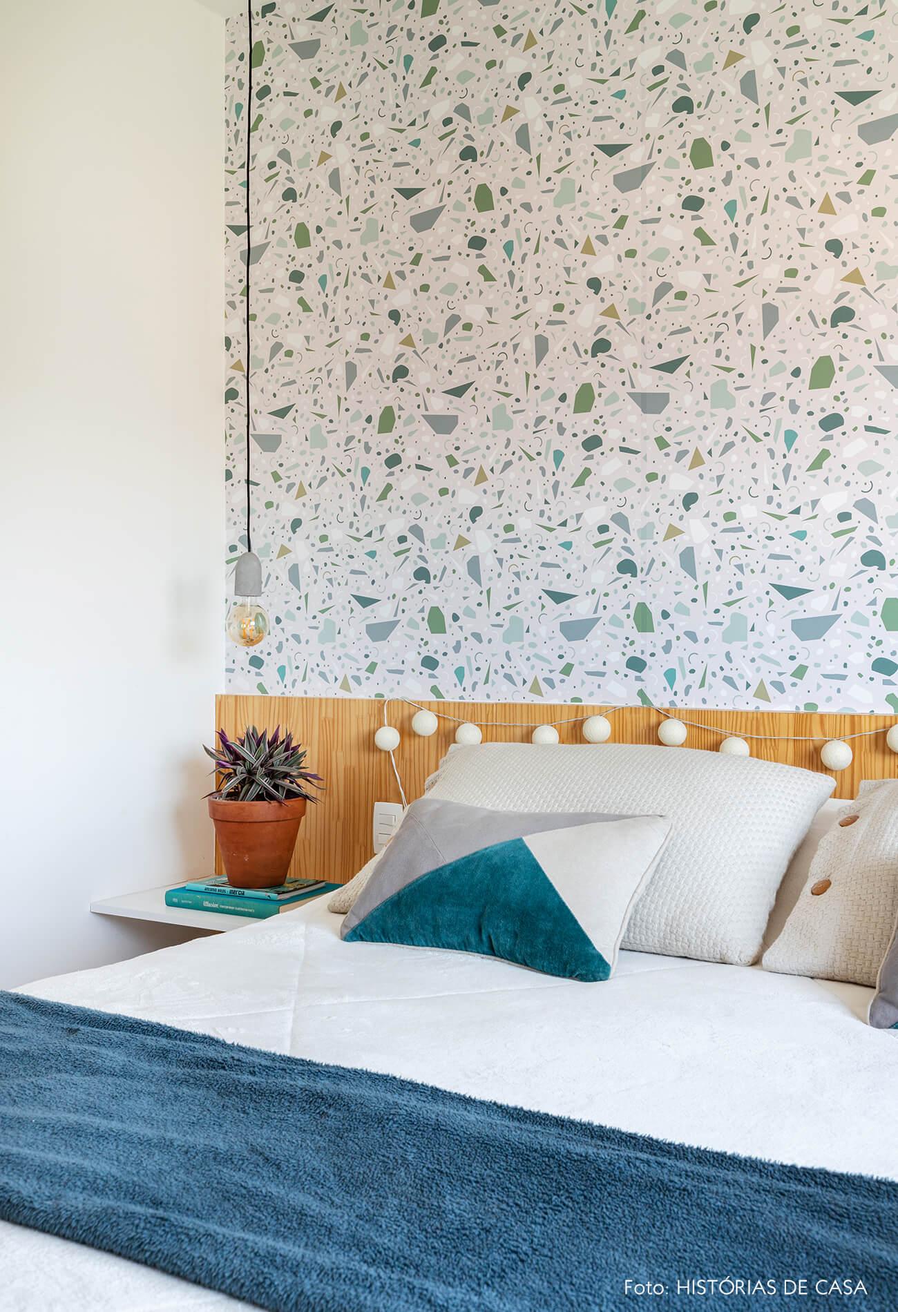 decoração quarto com papel de parede de granilite e cabeceira de madeira