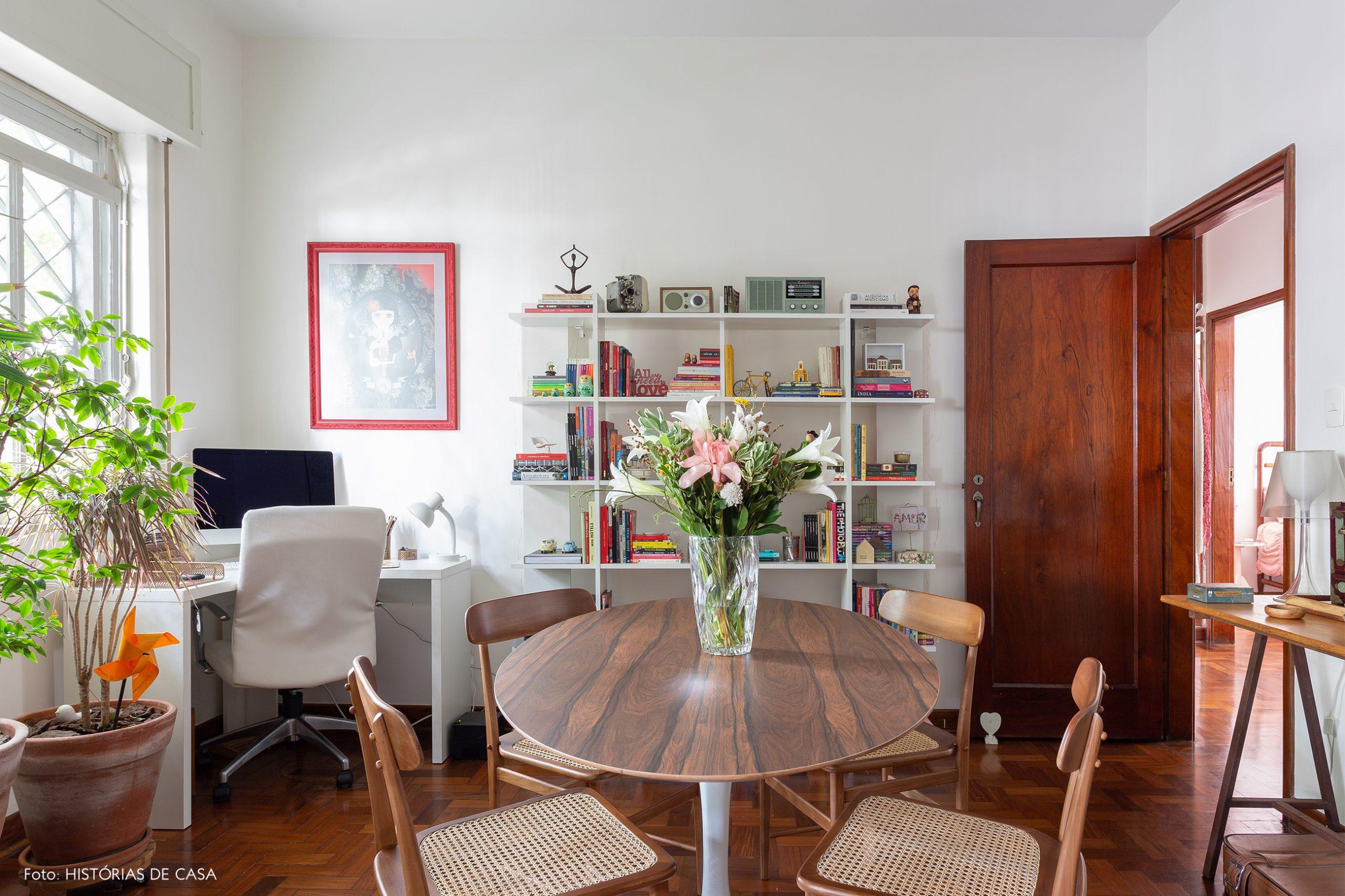 decoração sala home office com mesa de madiera e cadeira de palhinha