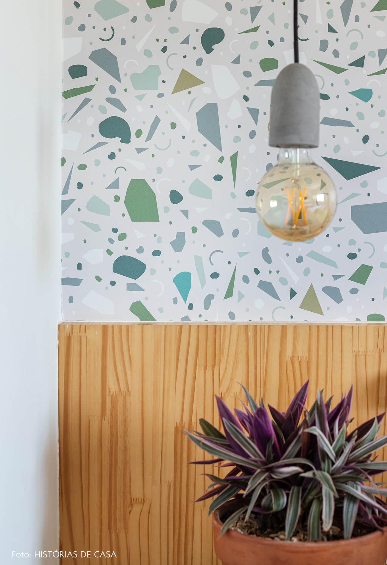 decoração quarto com papel de parede de granilite e cabeceira de madeira clara
