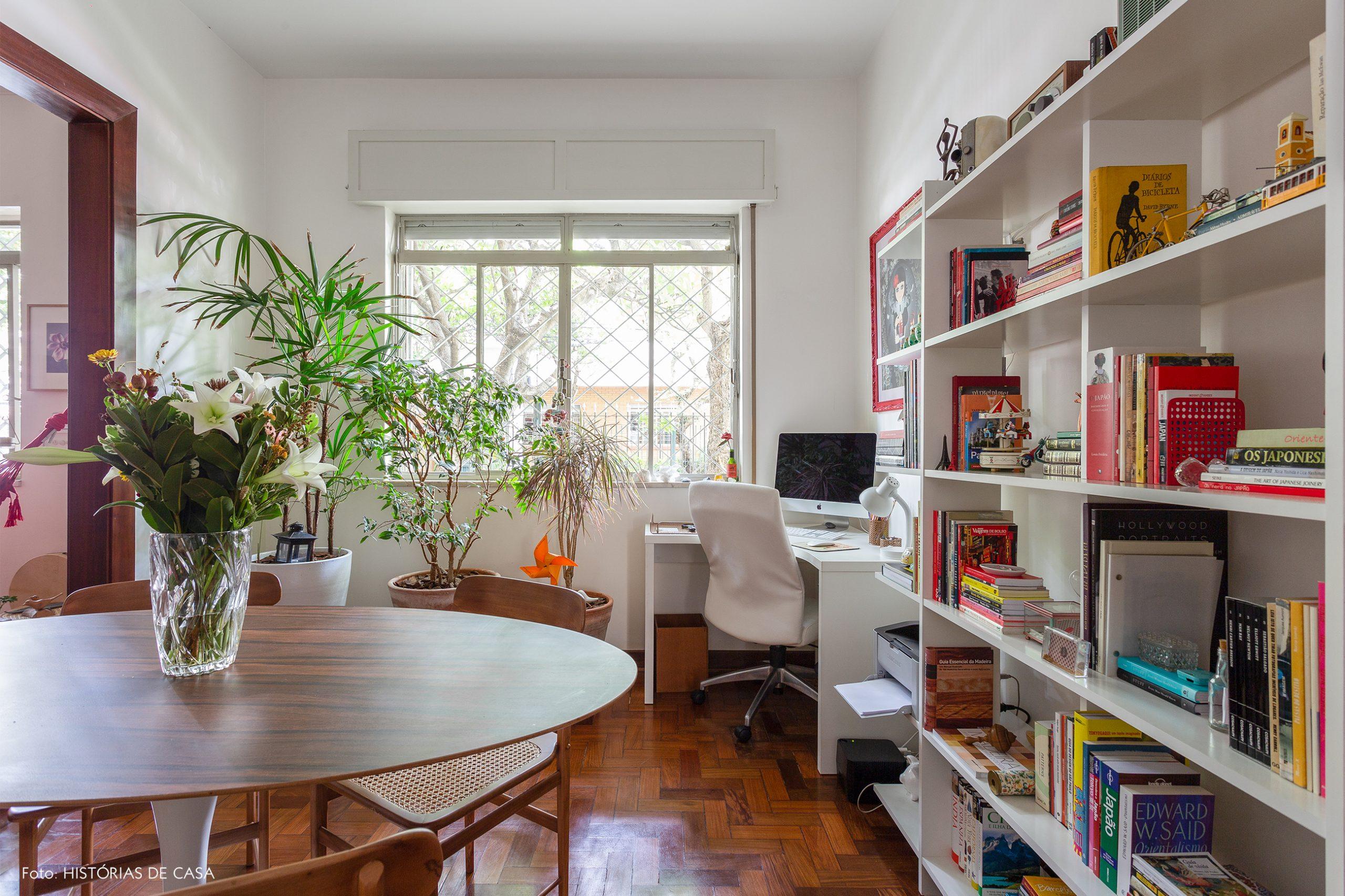 decoração sala e home office com mesa de madeira e cadeira de palhinha