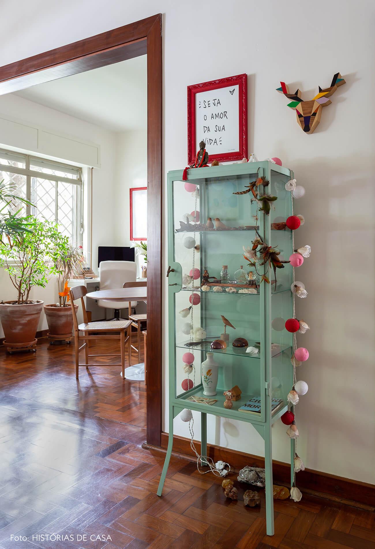 decoração sala com cristaleira verde e cordao de luz