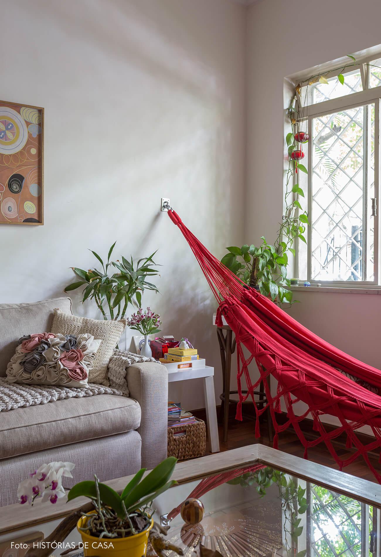 decoração sala com sofa creme e rede vermelha