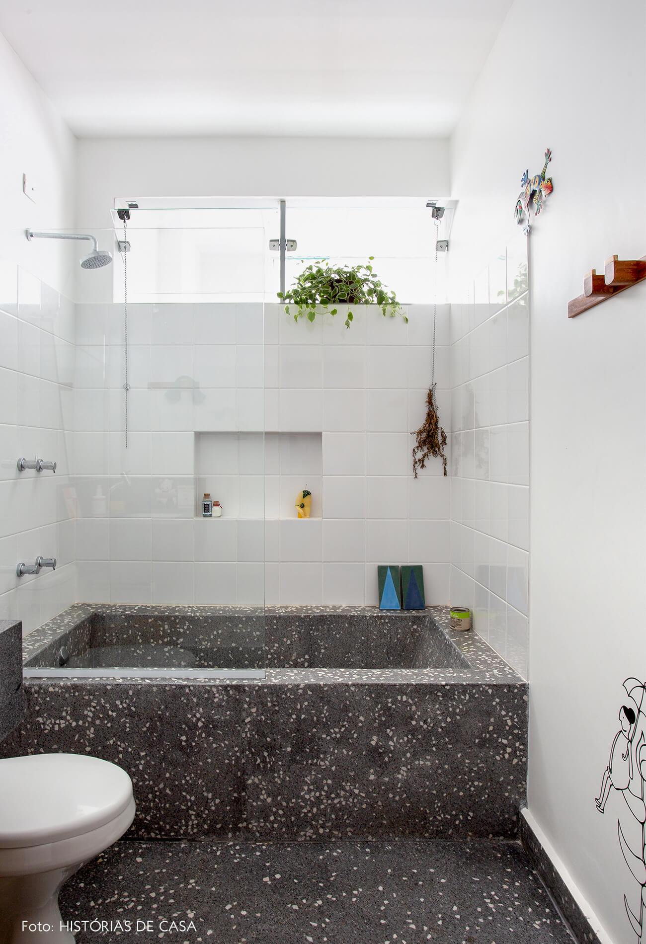 decoração banheiro com piso e banheira de ganilite