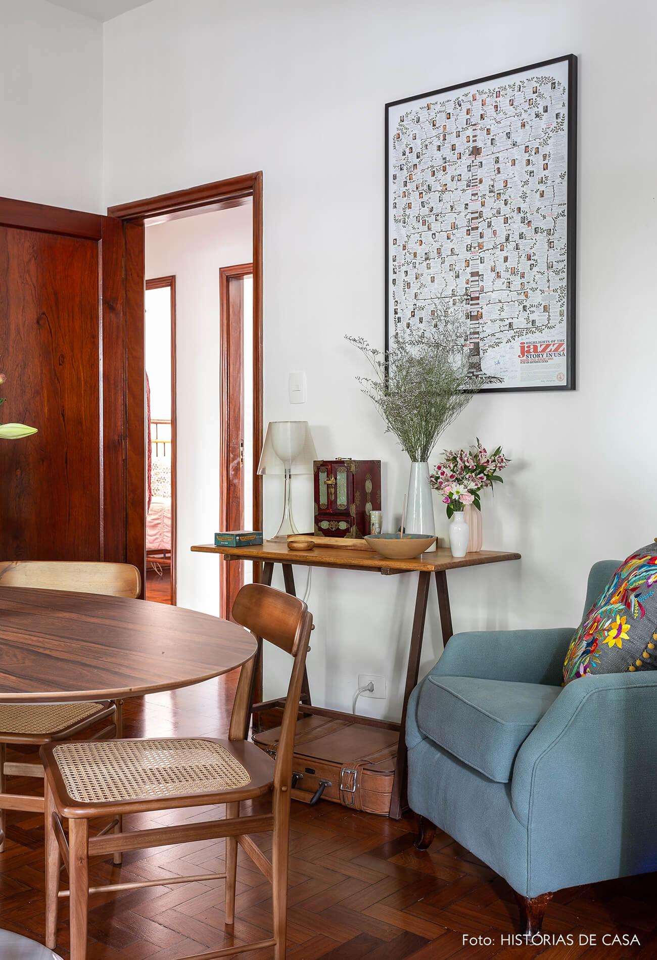 decoração sala com cadeira de palhinha e poltrona azul