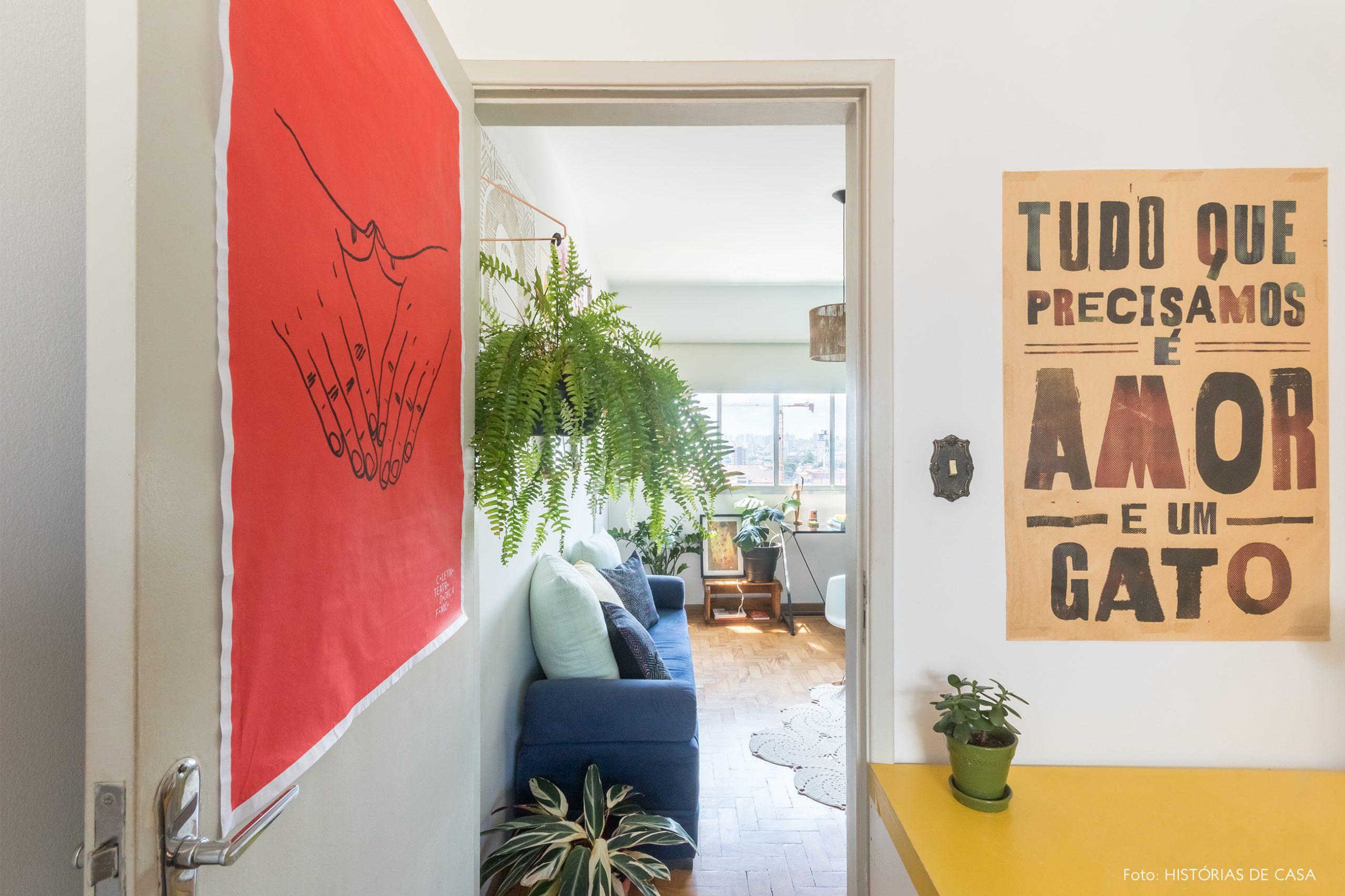 decoração hall com mesa amarela