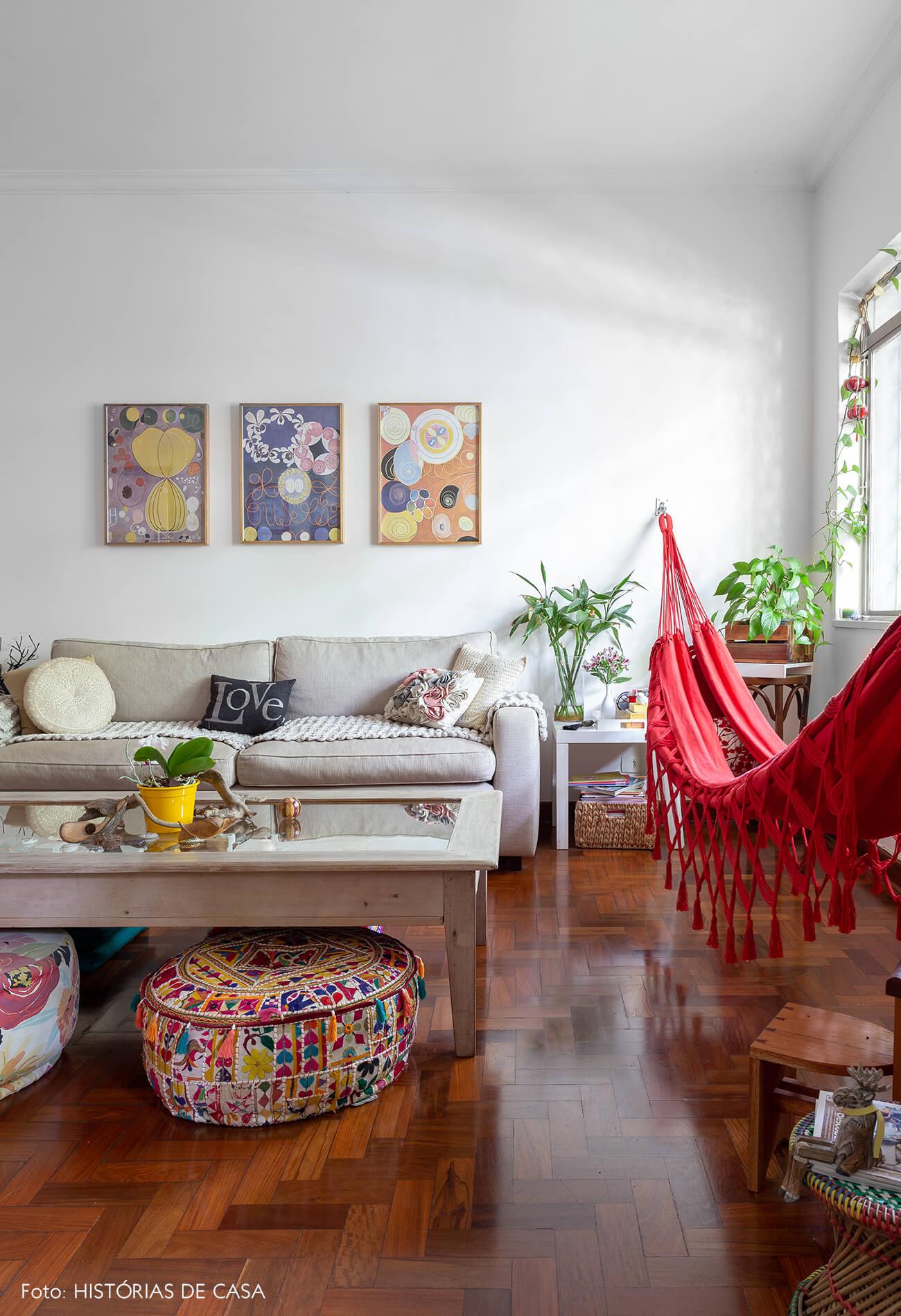 decoração sala com soda cinzapufes coloridos e rede vermelha