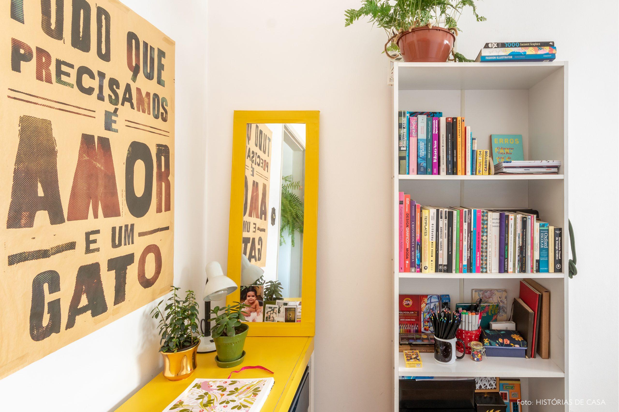 decoração home office com mesa amarela e prateleira branca