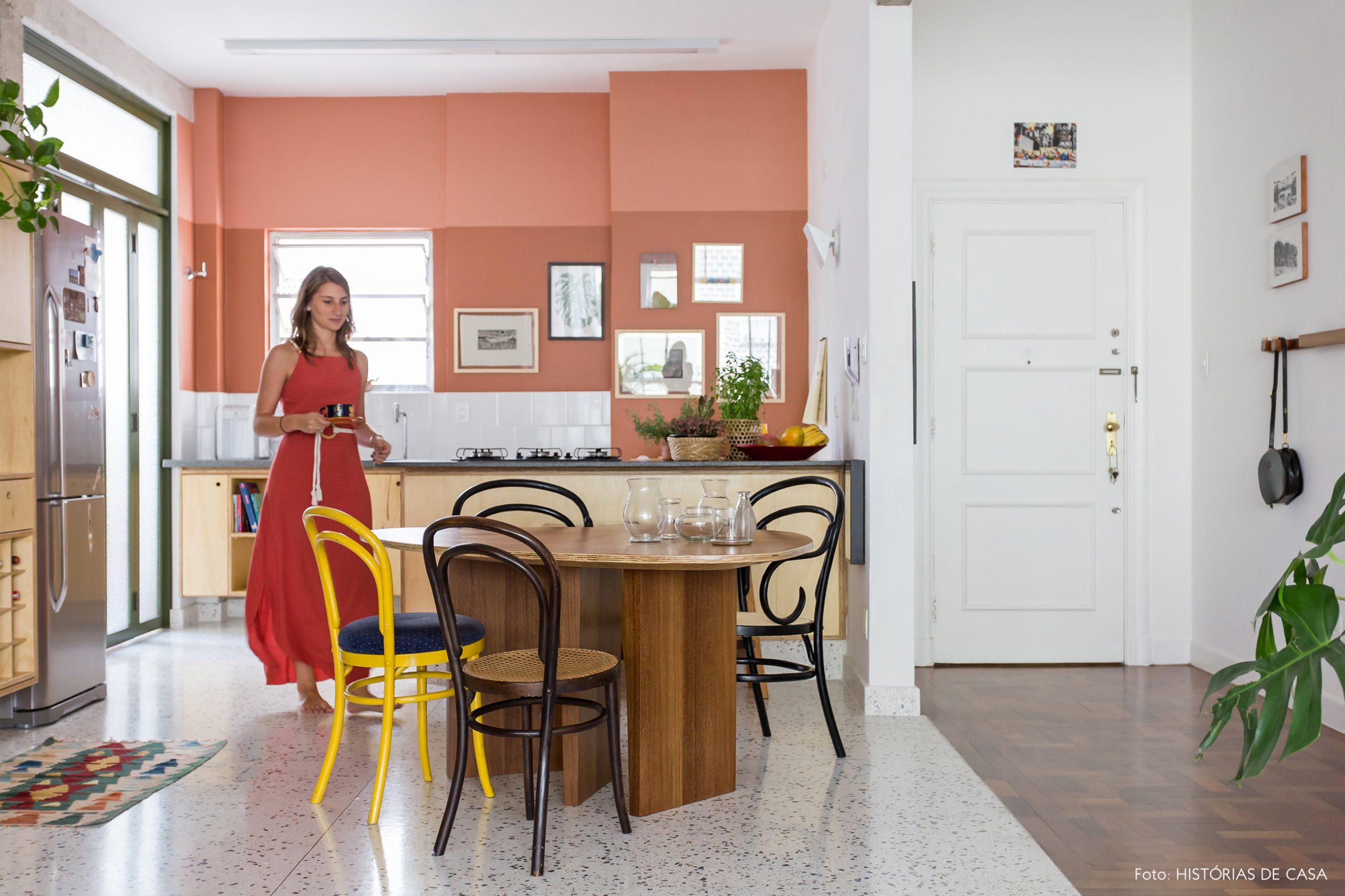 decoração cozinha com parede de tom terroso, cadeira thonet e armarios madeira
