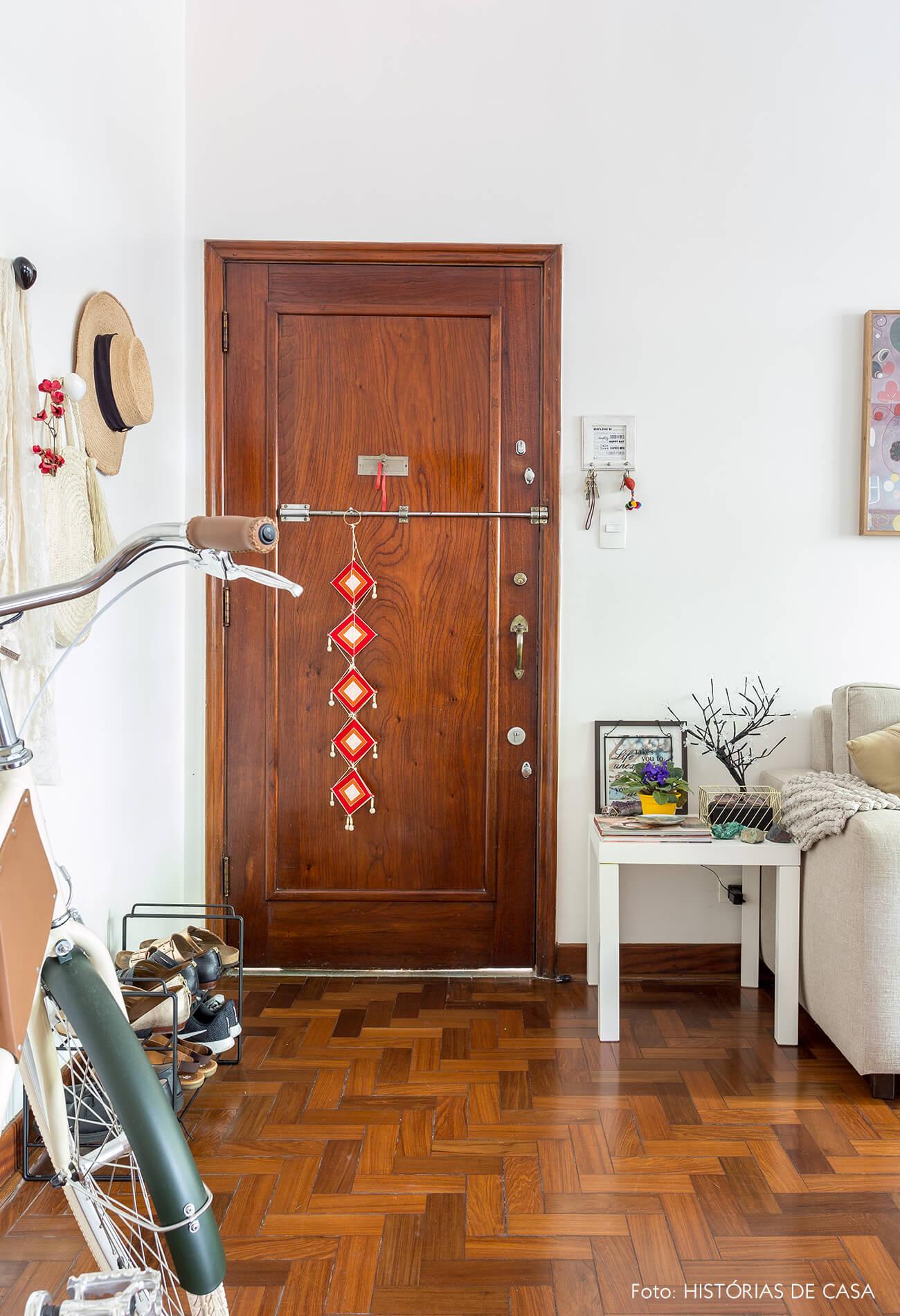 decoração sala com porta de madeira e mesa lateral branca