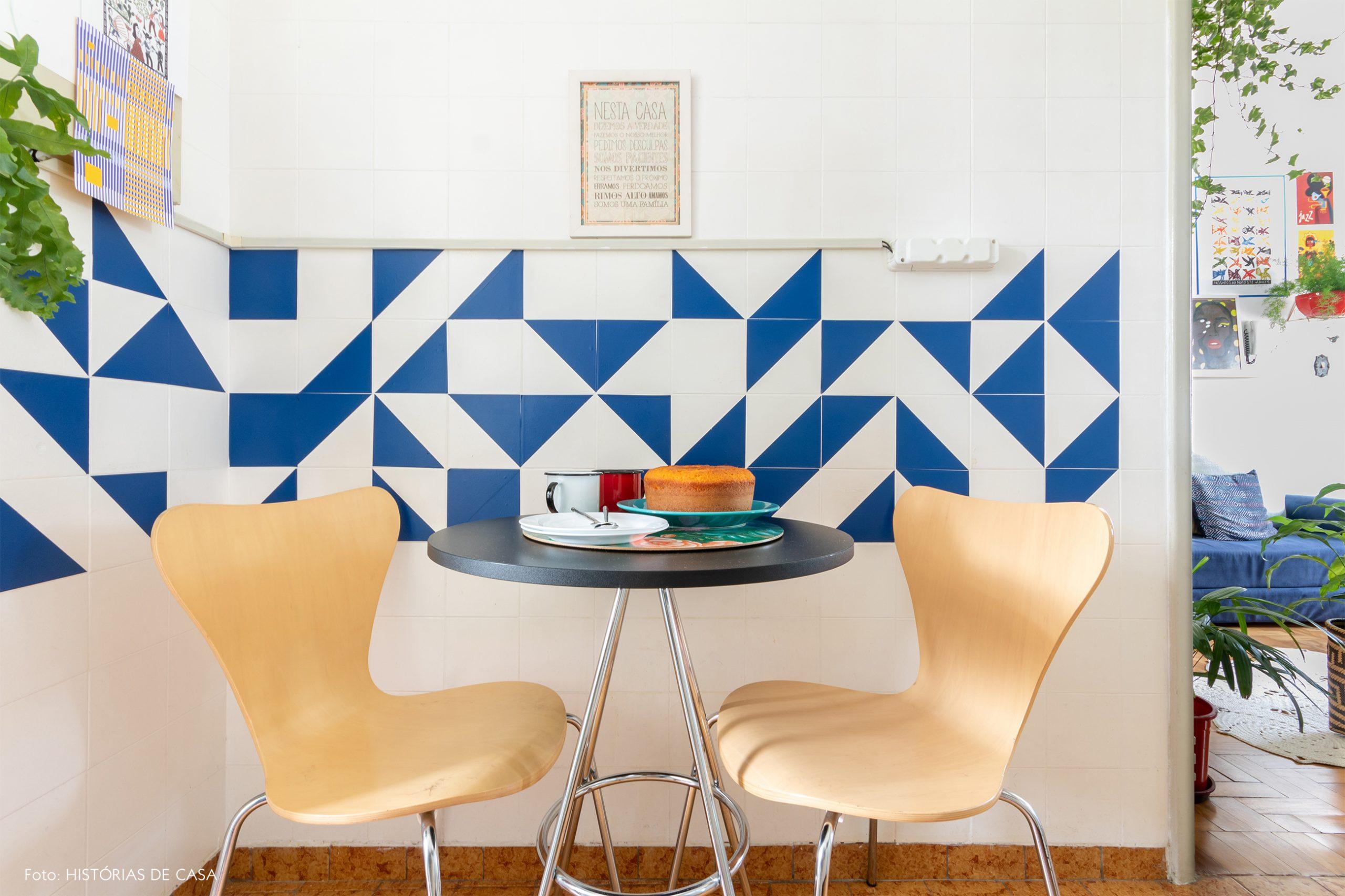 decoração cozinha com azulejos geométricos azul e cadeira madeira