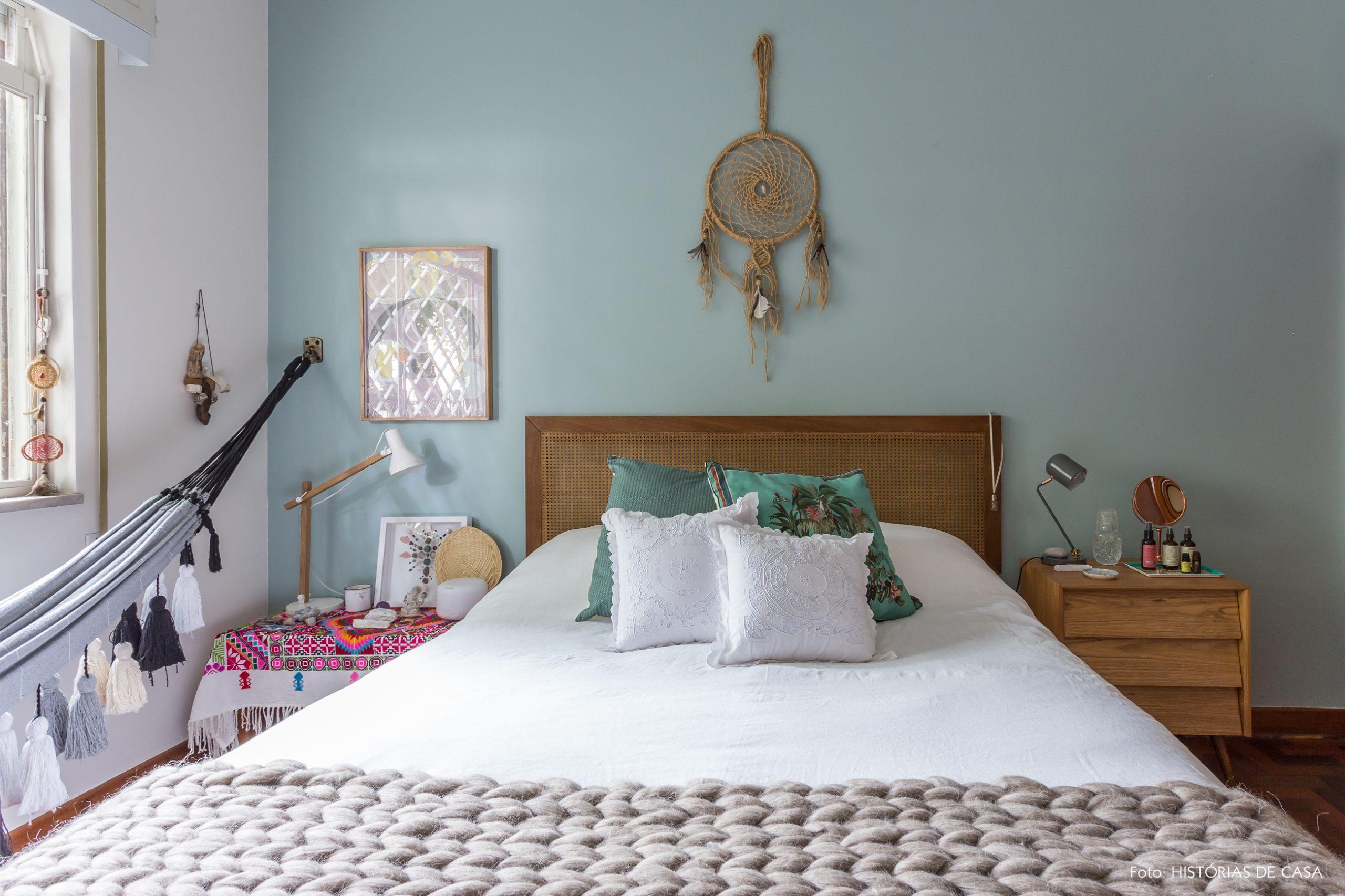 decoração quarto com parede azul e cama com cabeceira de palhinha