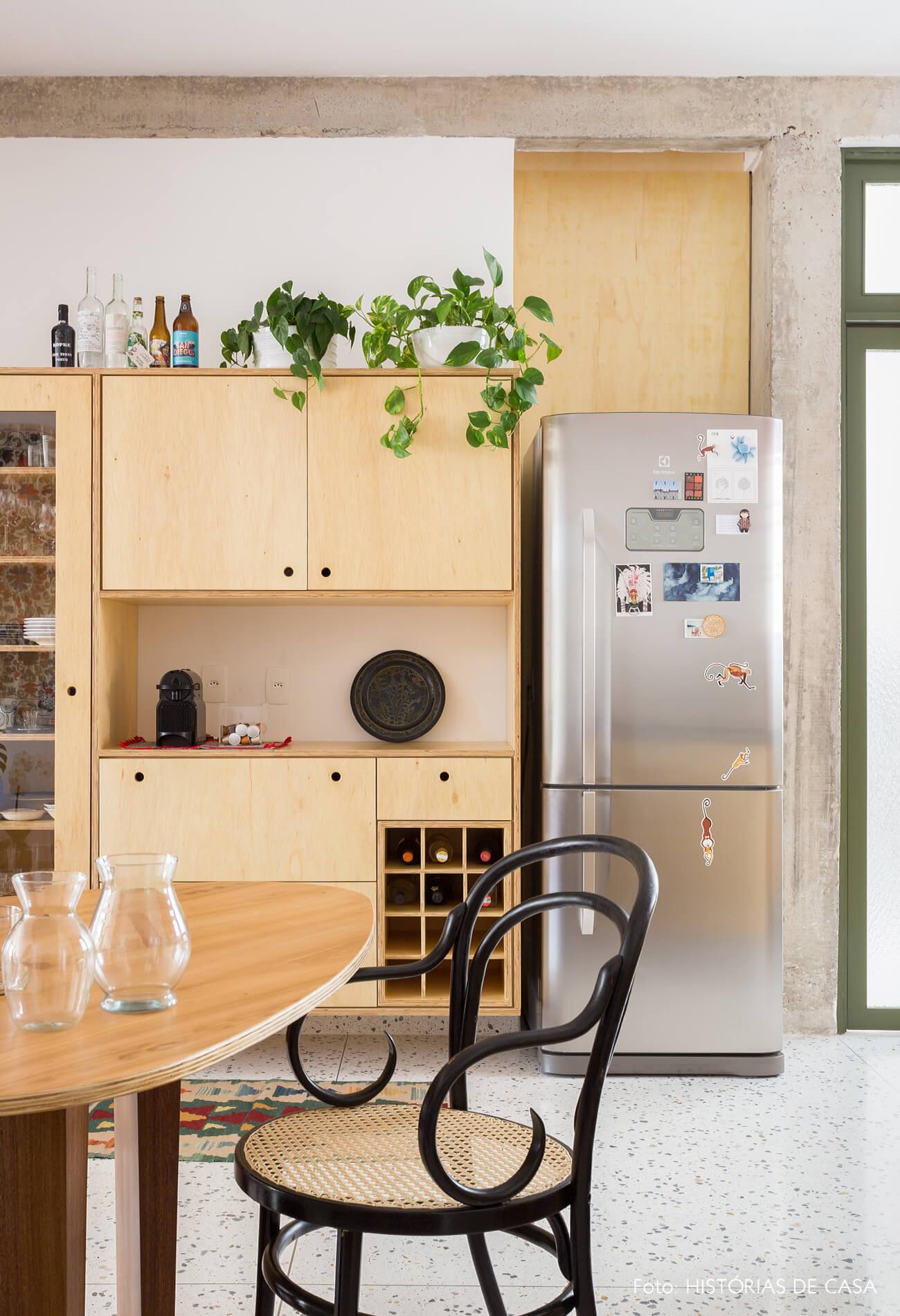 decoração cozinha com armarios de madeira marcenaria e cadeira thonet