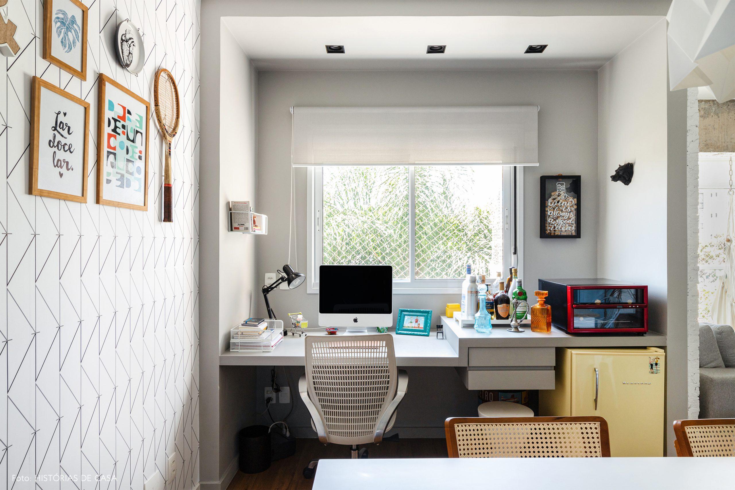 decoração home office com papel de parede geométrico
