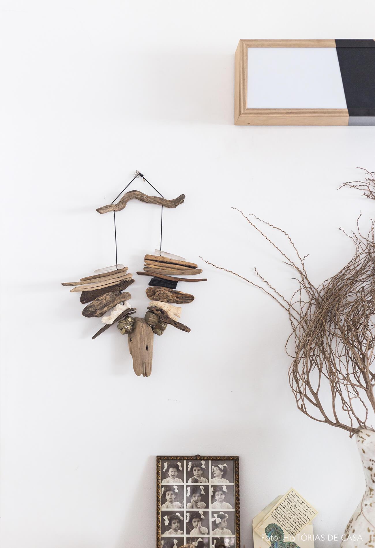 decoração detalhes de objetos de madeira em parede branca