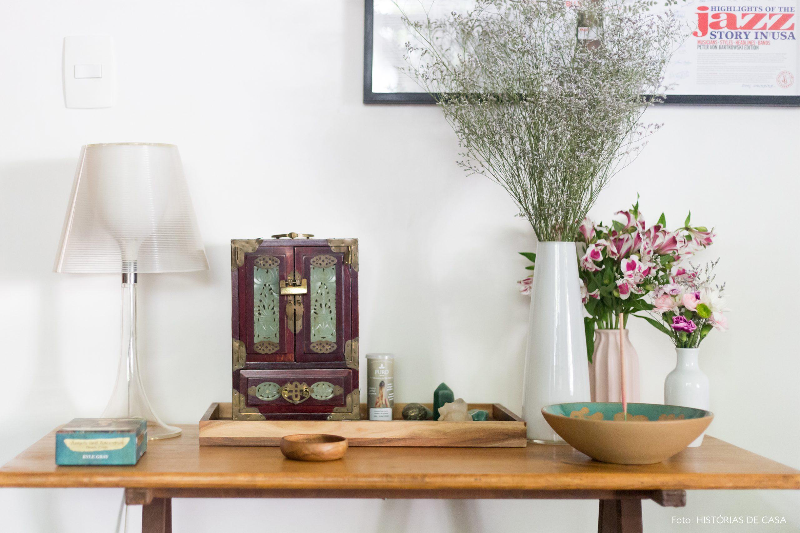 decoração altar em mesa de madeira e abajur transparente