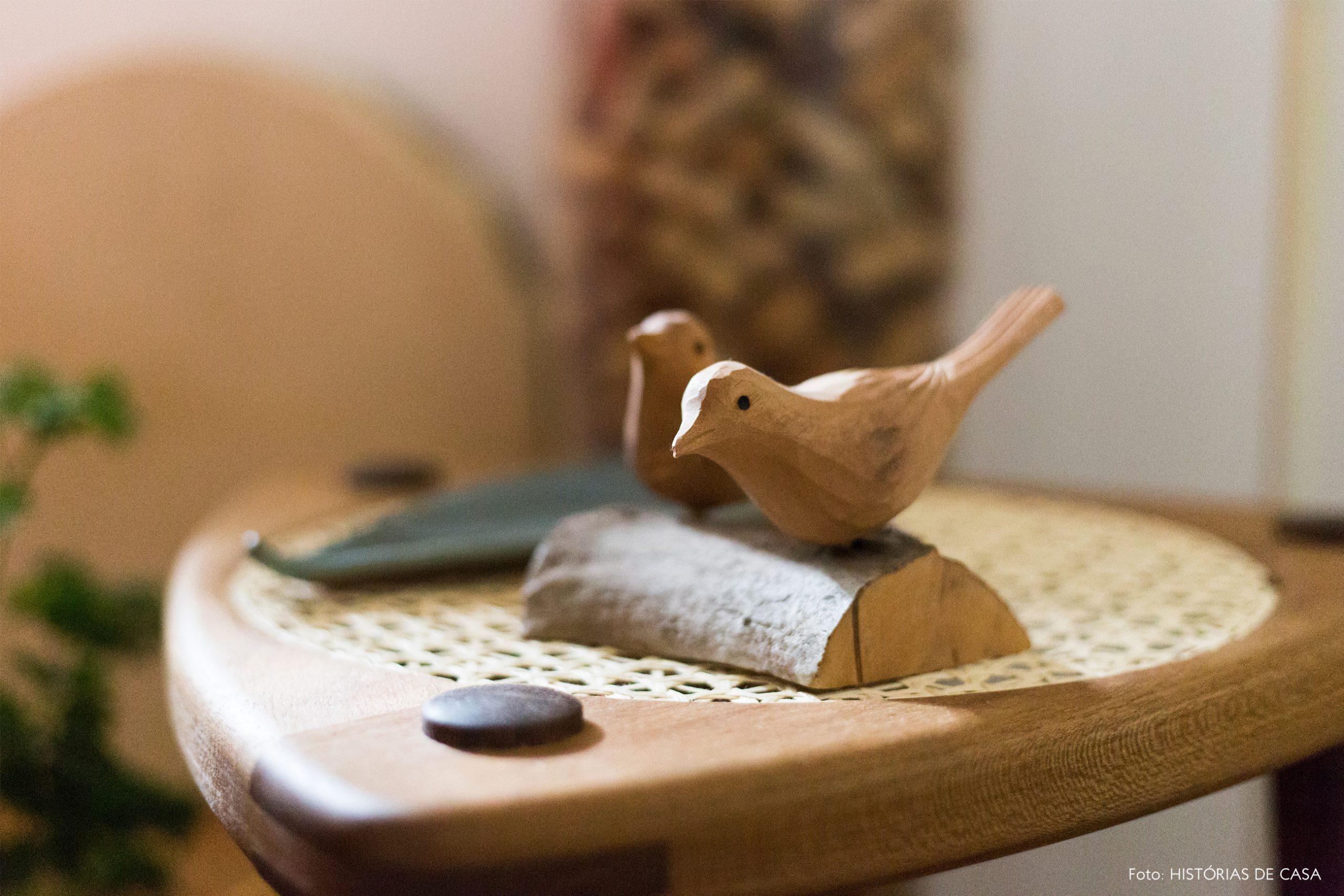 decoração passaro decorativo de madeira em cadeira de palhinha