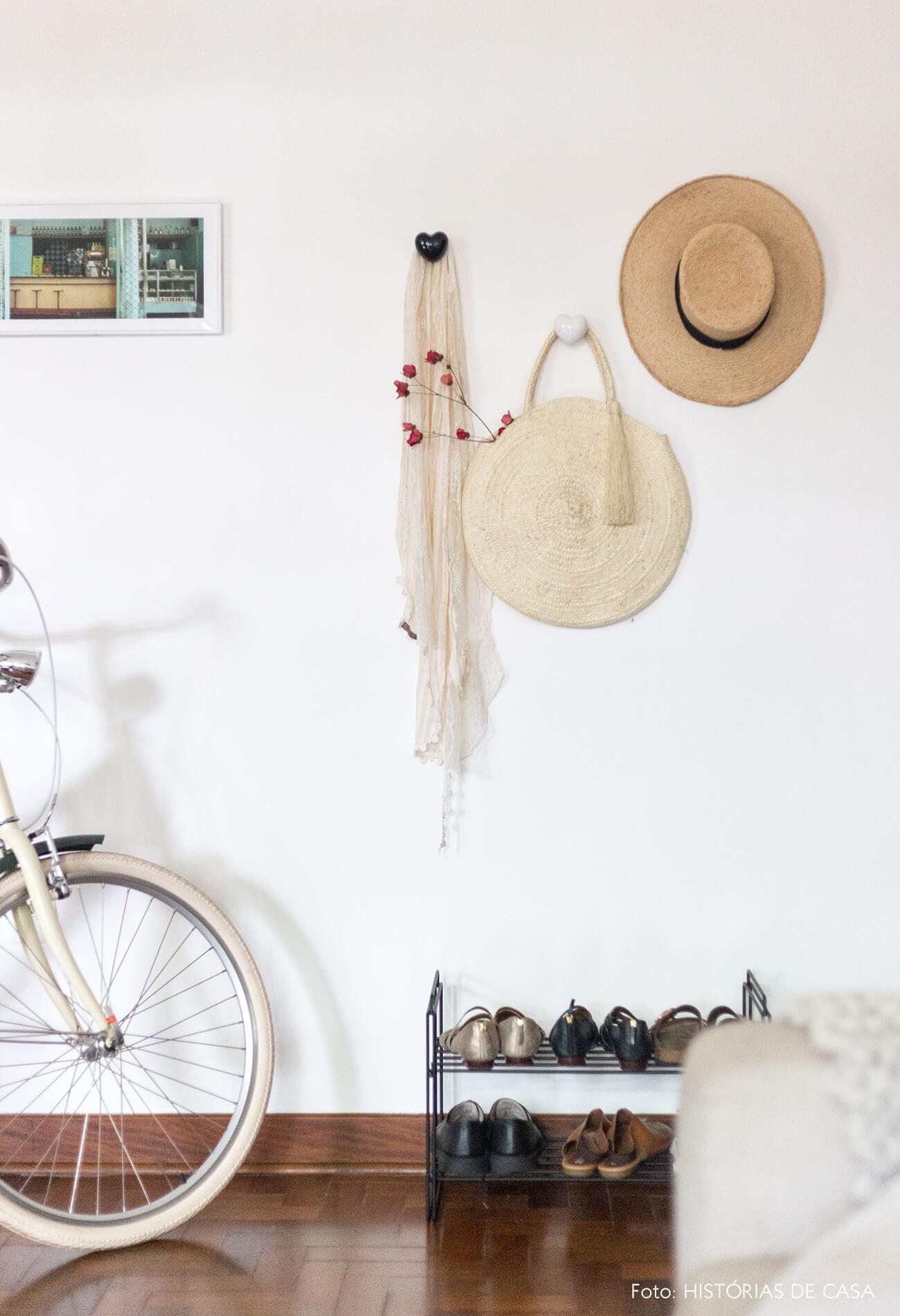 decoração sala com ganchos de coração e bike