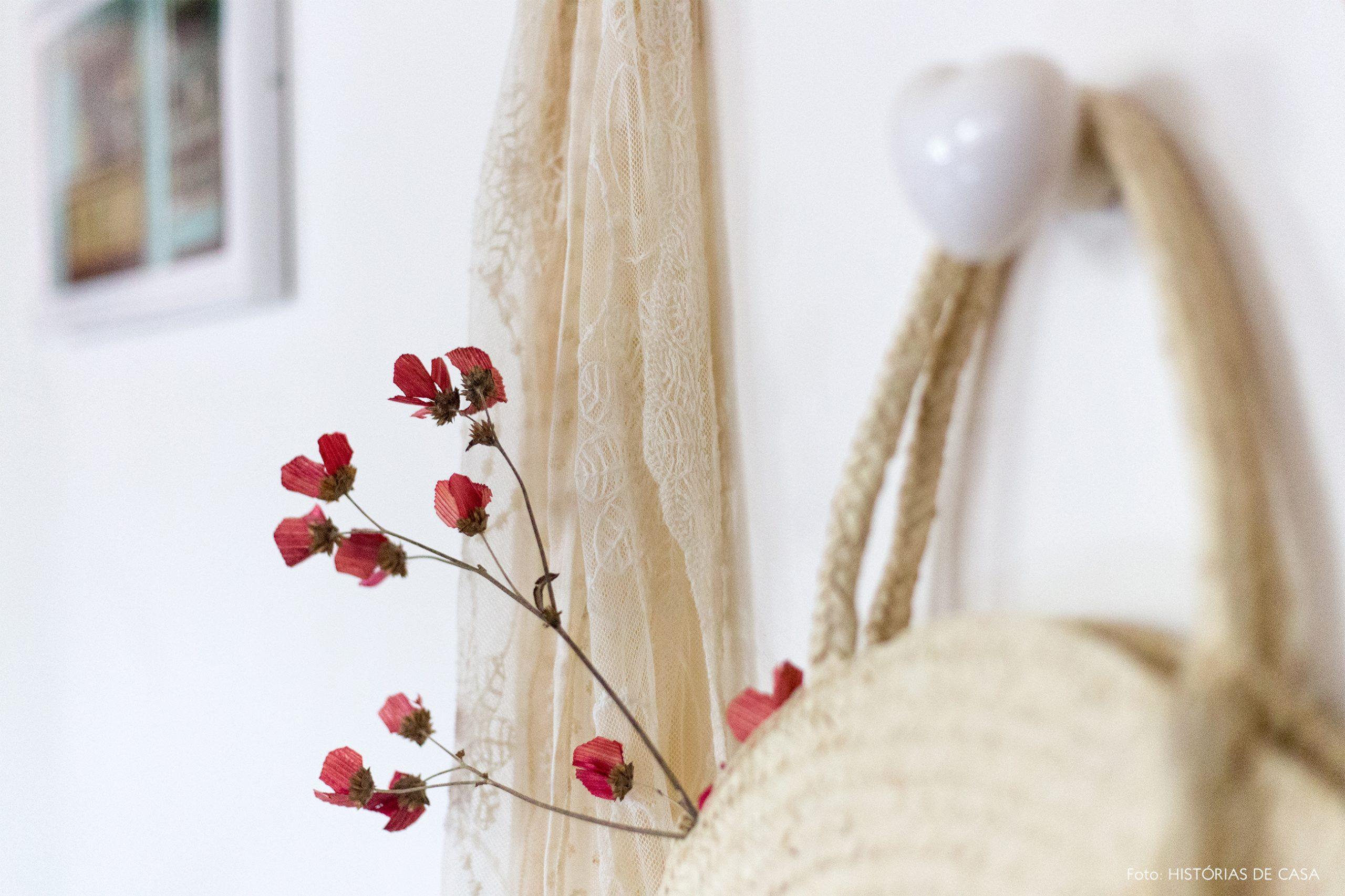 decoração bolsa de palha em cabideiro de coração branco
