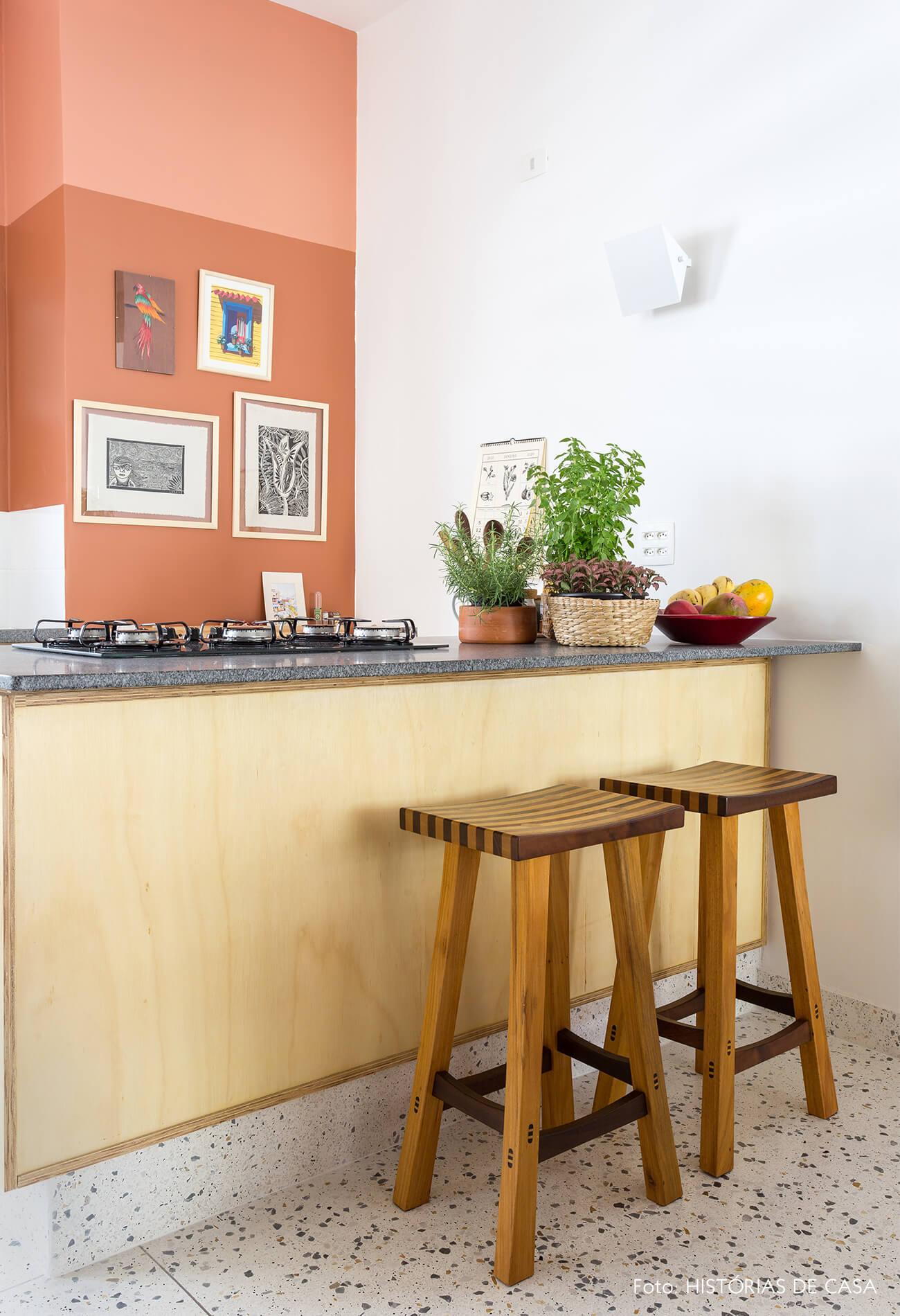 decoração cozinha com parede terrosa e bancos de madeira marchetaria
