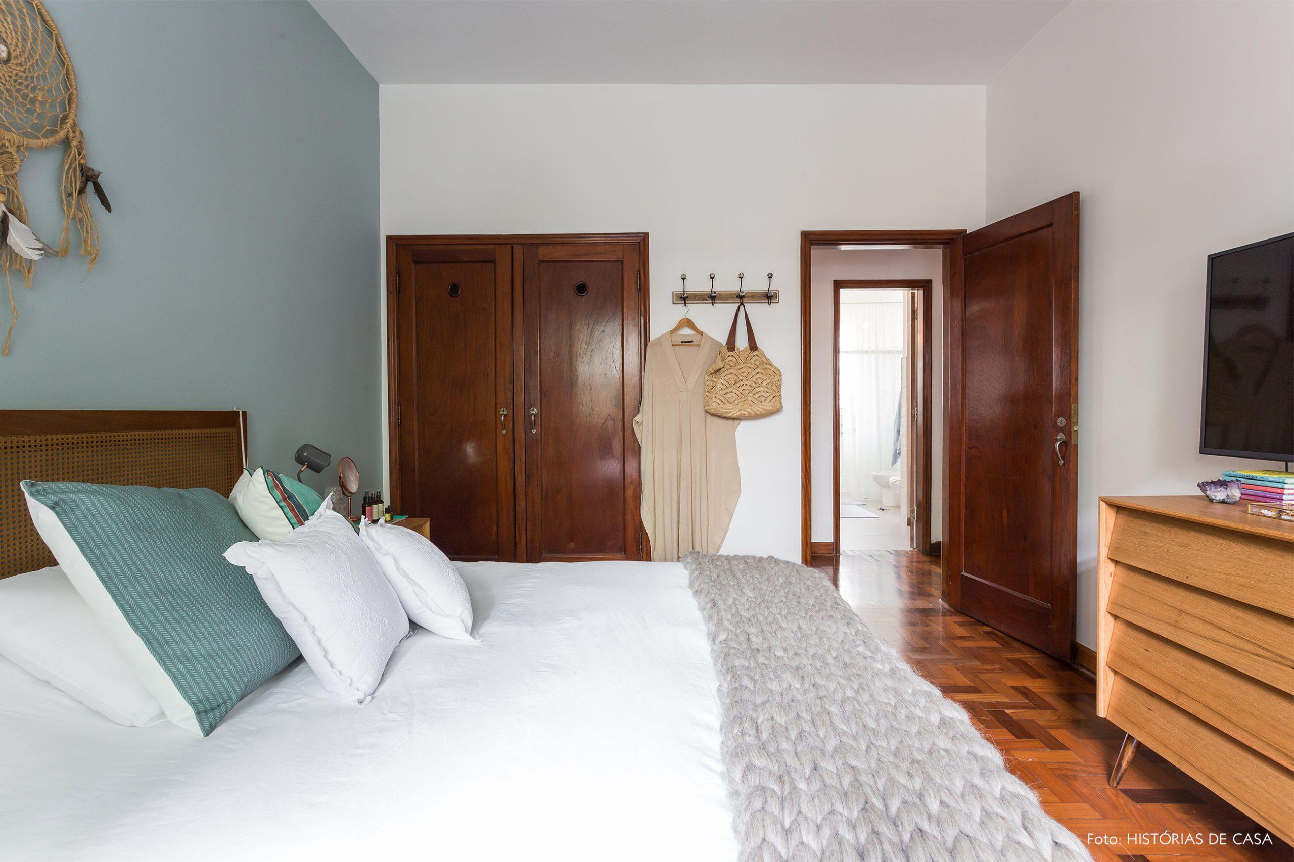 decoração quarto com parede azul e cabiceira de palhinha