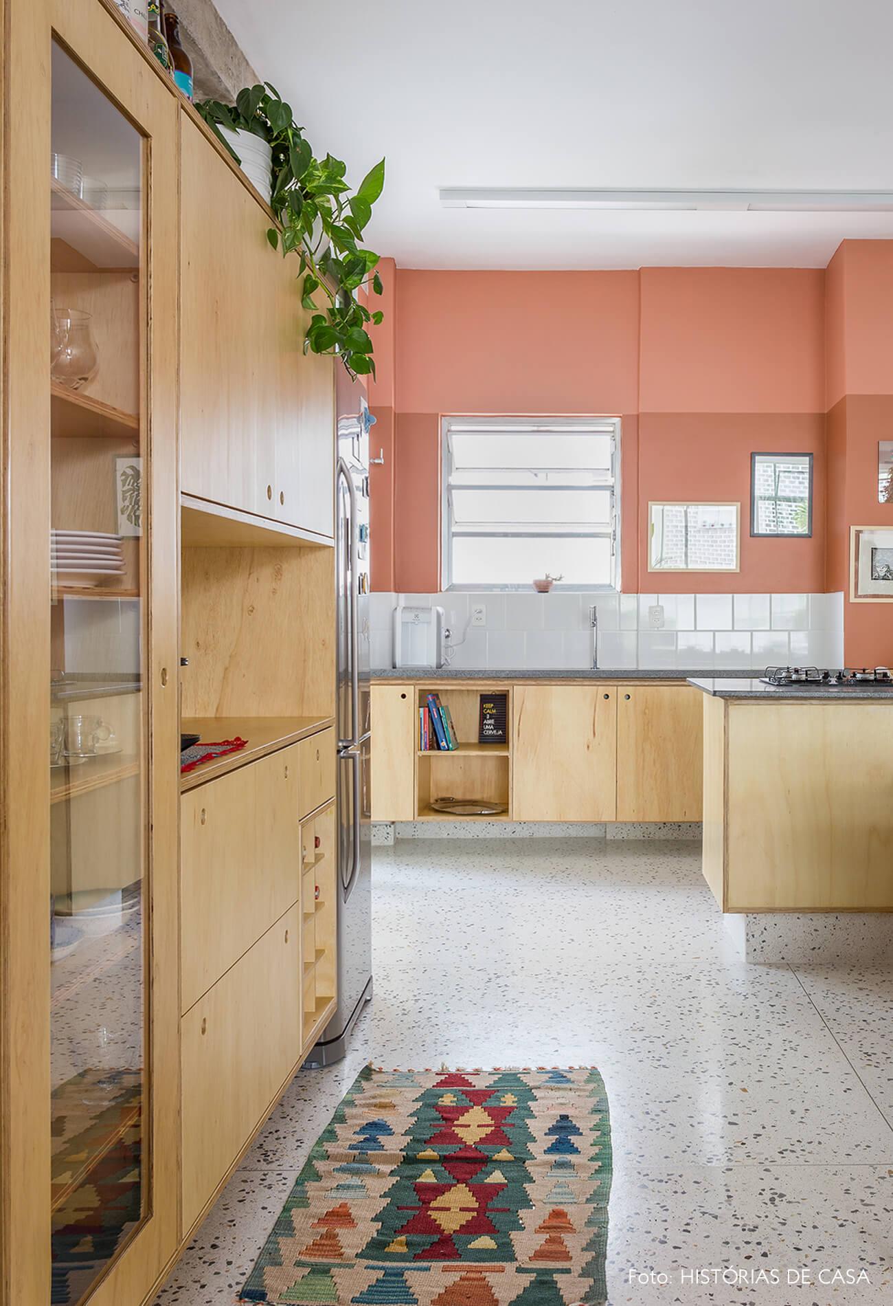 decoração cozinha com parede terrosa, armarios de marcenaria