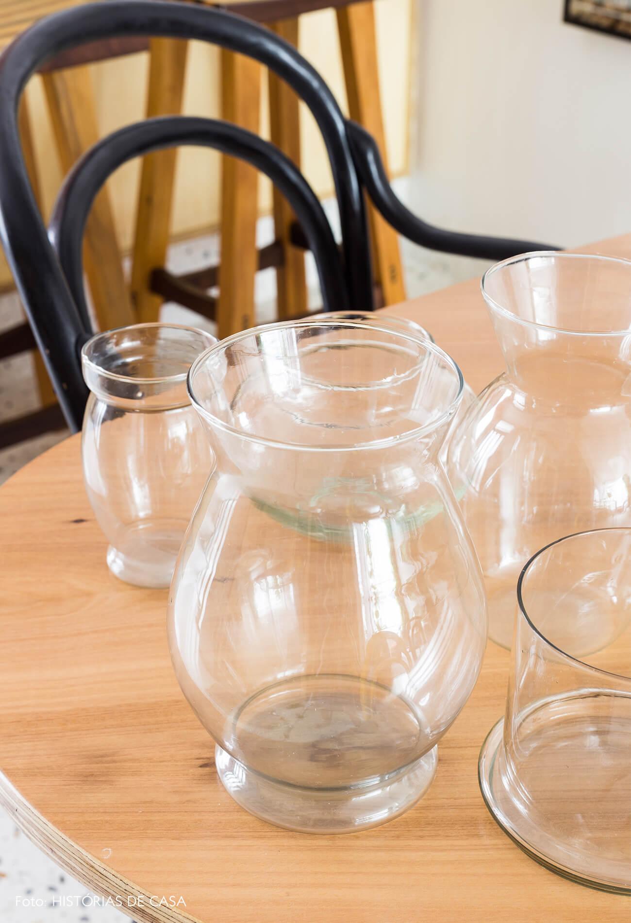 decoração vidros em mesa de madeira e cadeira thonet