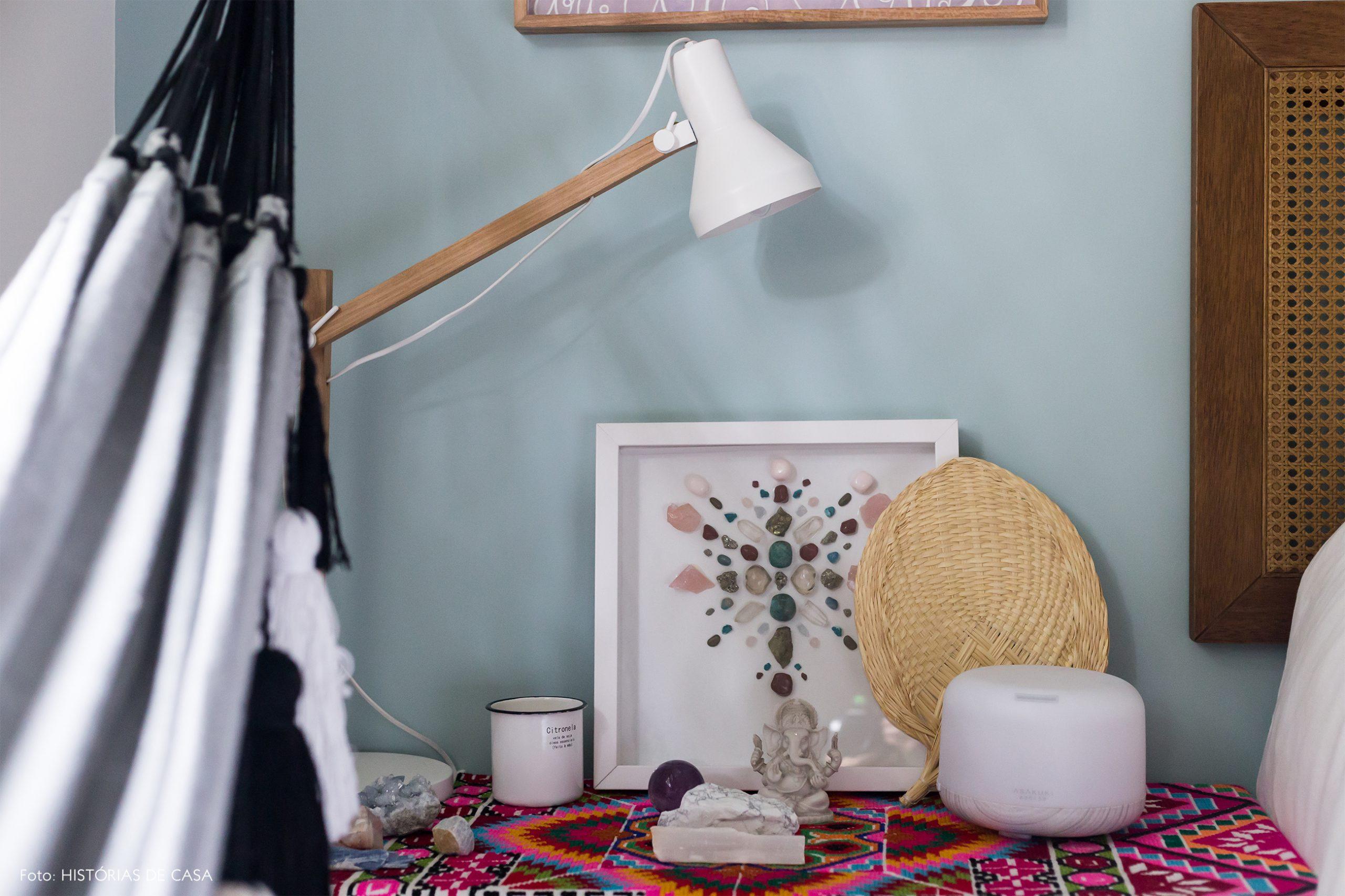 decoração quarto com parede azul e altar com luminaria de madeira