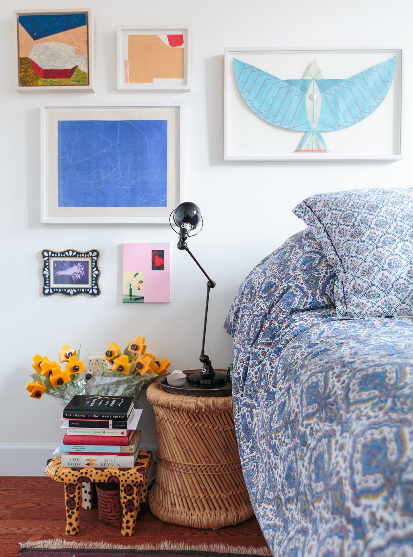 Gisela ap deecoração quarto com muitos quadros e banquinho de madeira