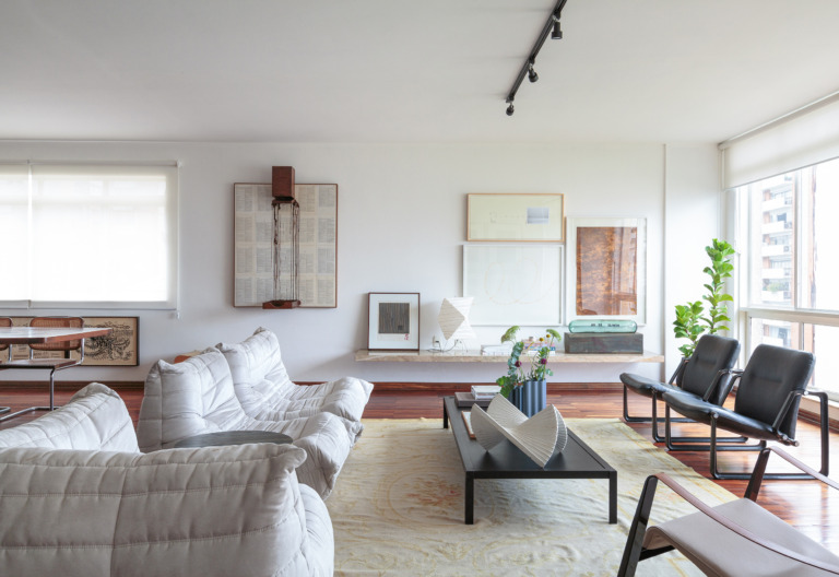 Daniel decoração sala bem iluminada com obras de arte e sofá branco
