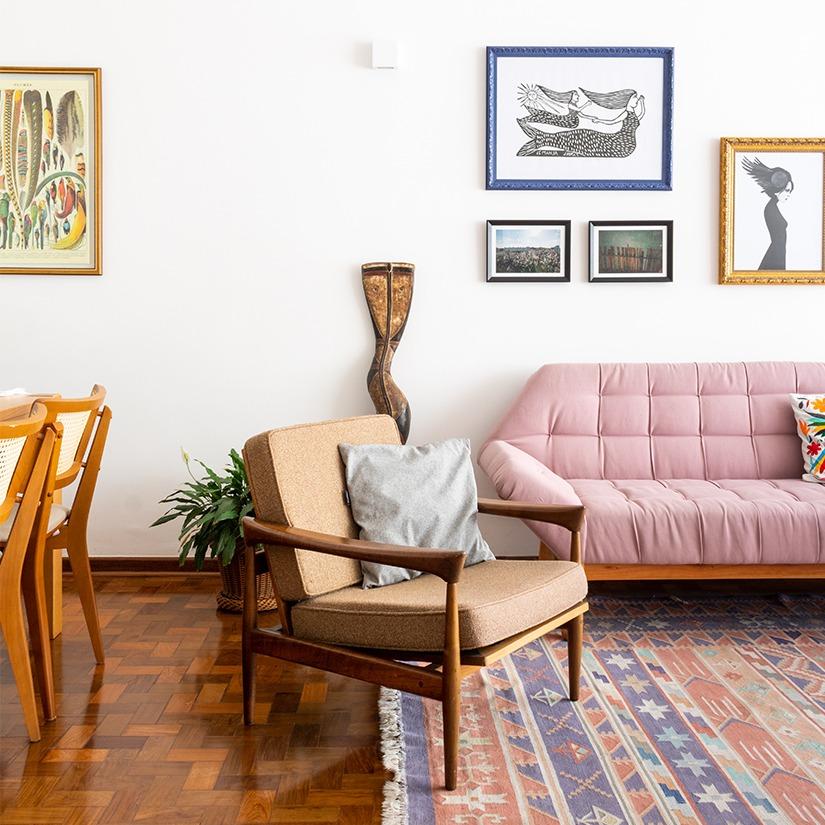 sala com poltrona e sofá rosa