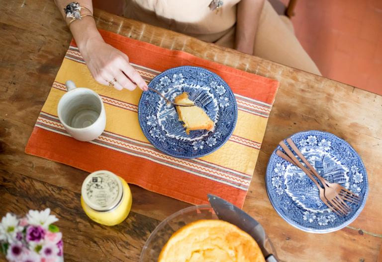 decoração reatrato em cozinha com mesa de madeira