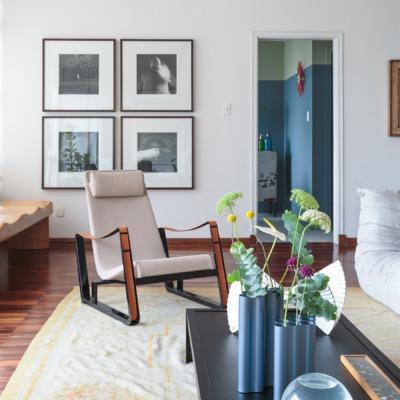 Daniel decoração sala com poltrona branca e mesa de centro preta