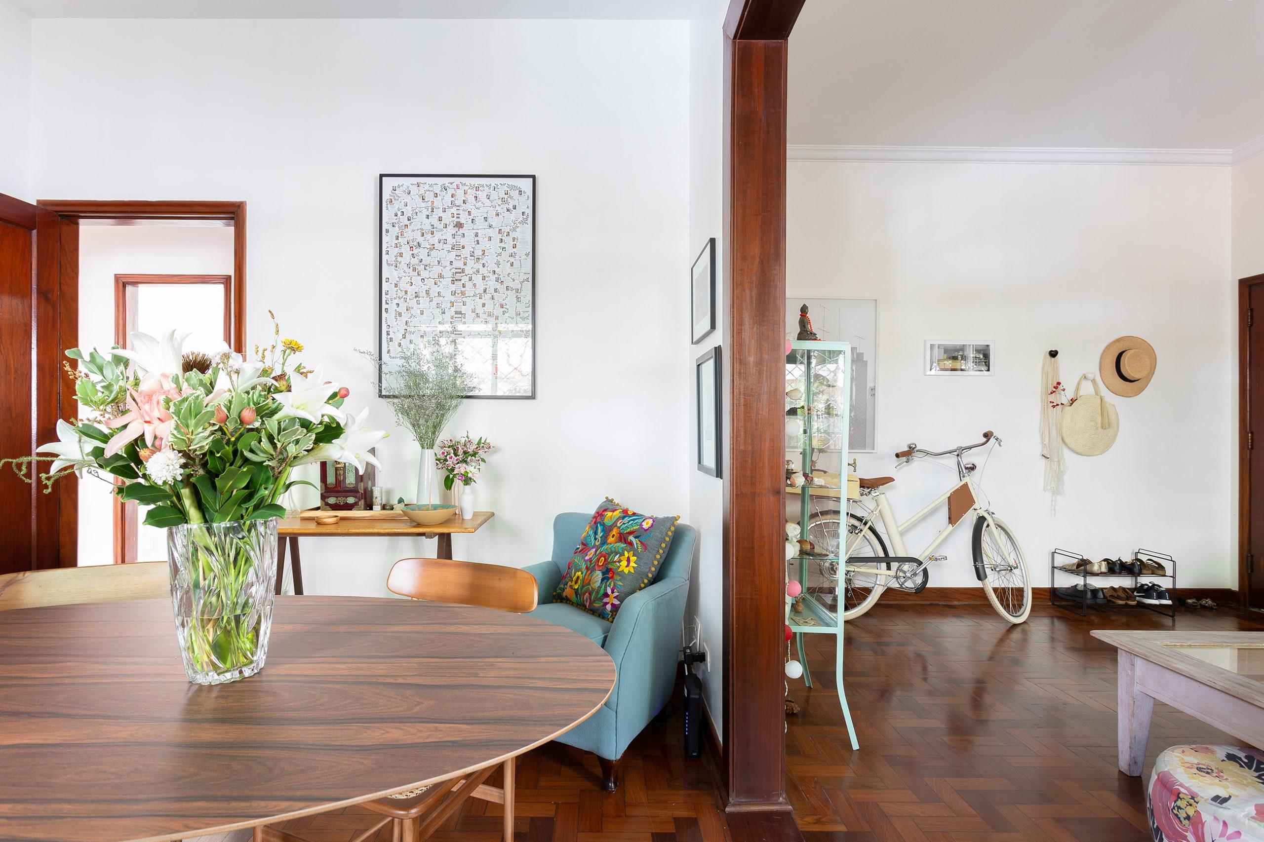 decoração sala dois ambientes com mesa de madeira e poltrona azul
