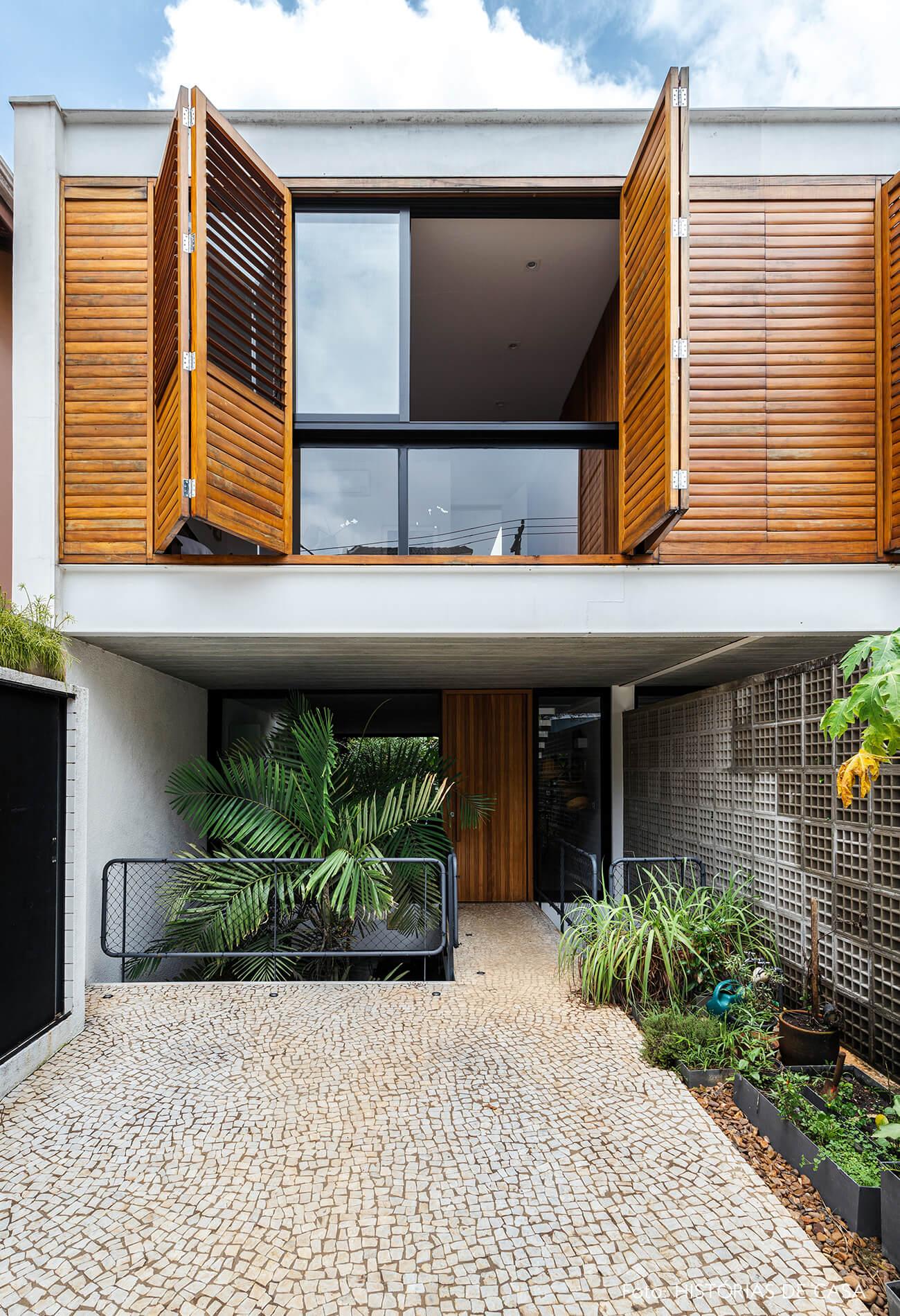 decoração casa casa com persianas e porta de madeira