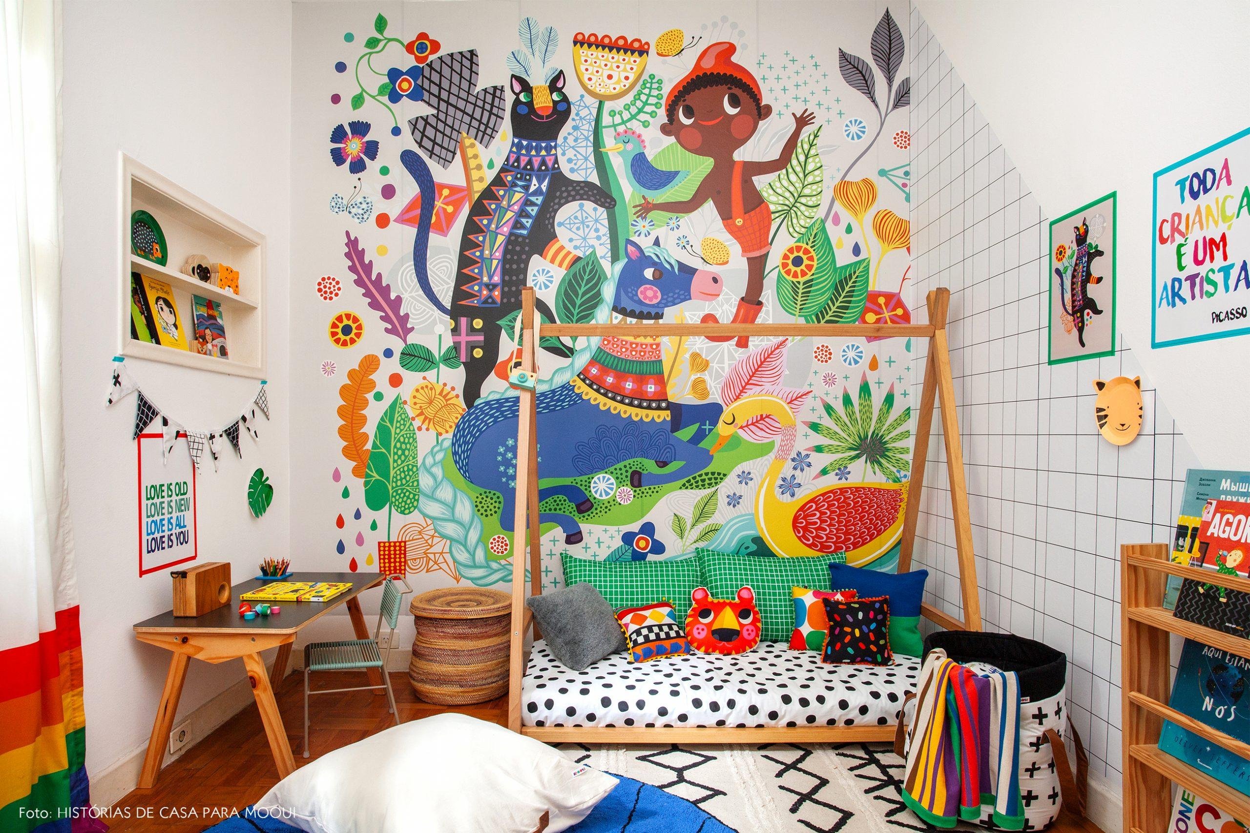 Quarto de criança com cama baixa e papel de parede de Saci