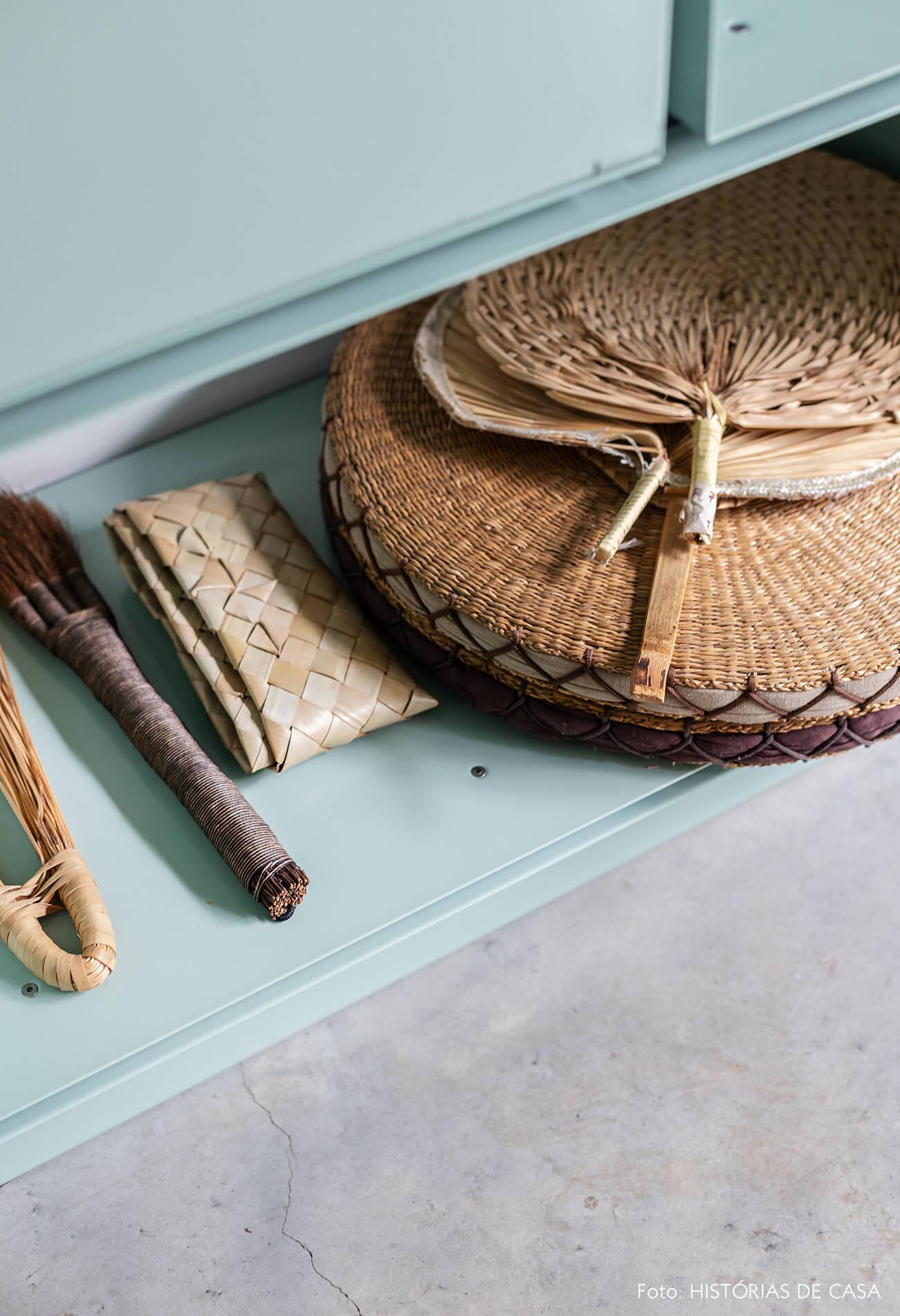 decoração casa objetos de plaha em estante verde