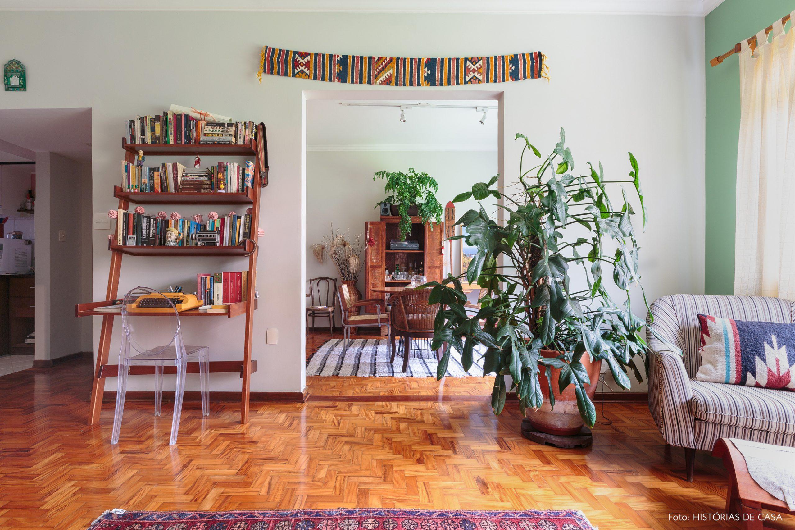 decoração sala com estante de madeira, parede verde
