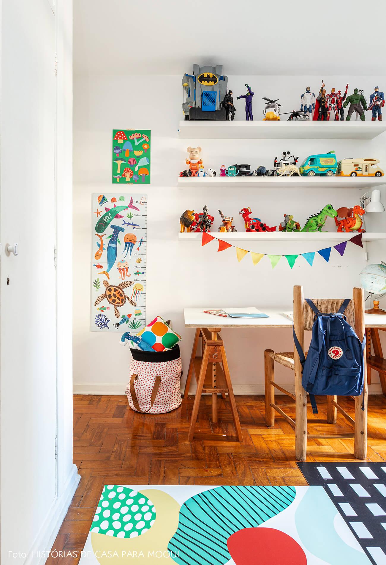 Quarto de criança com canto de estudos colorido