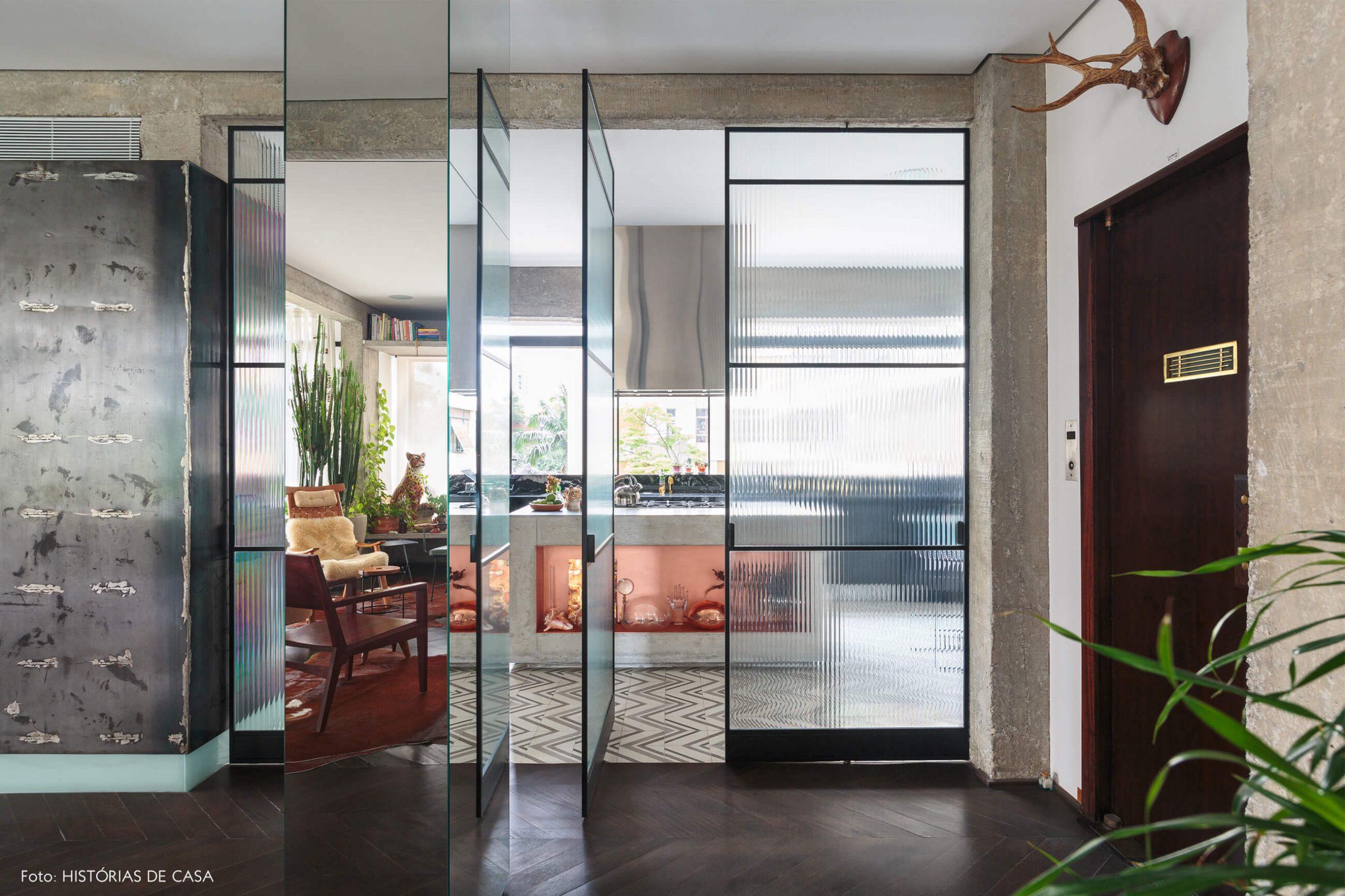 decoração ap hall com coluna de espelho e estrutura de concreto