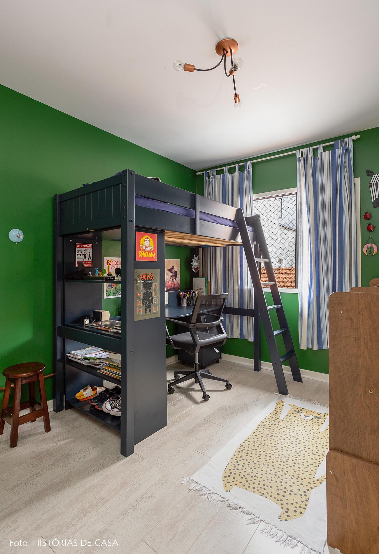 casa decoração quarto criança com parede verde, cama e escrivaninha