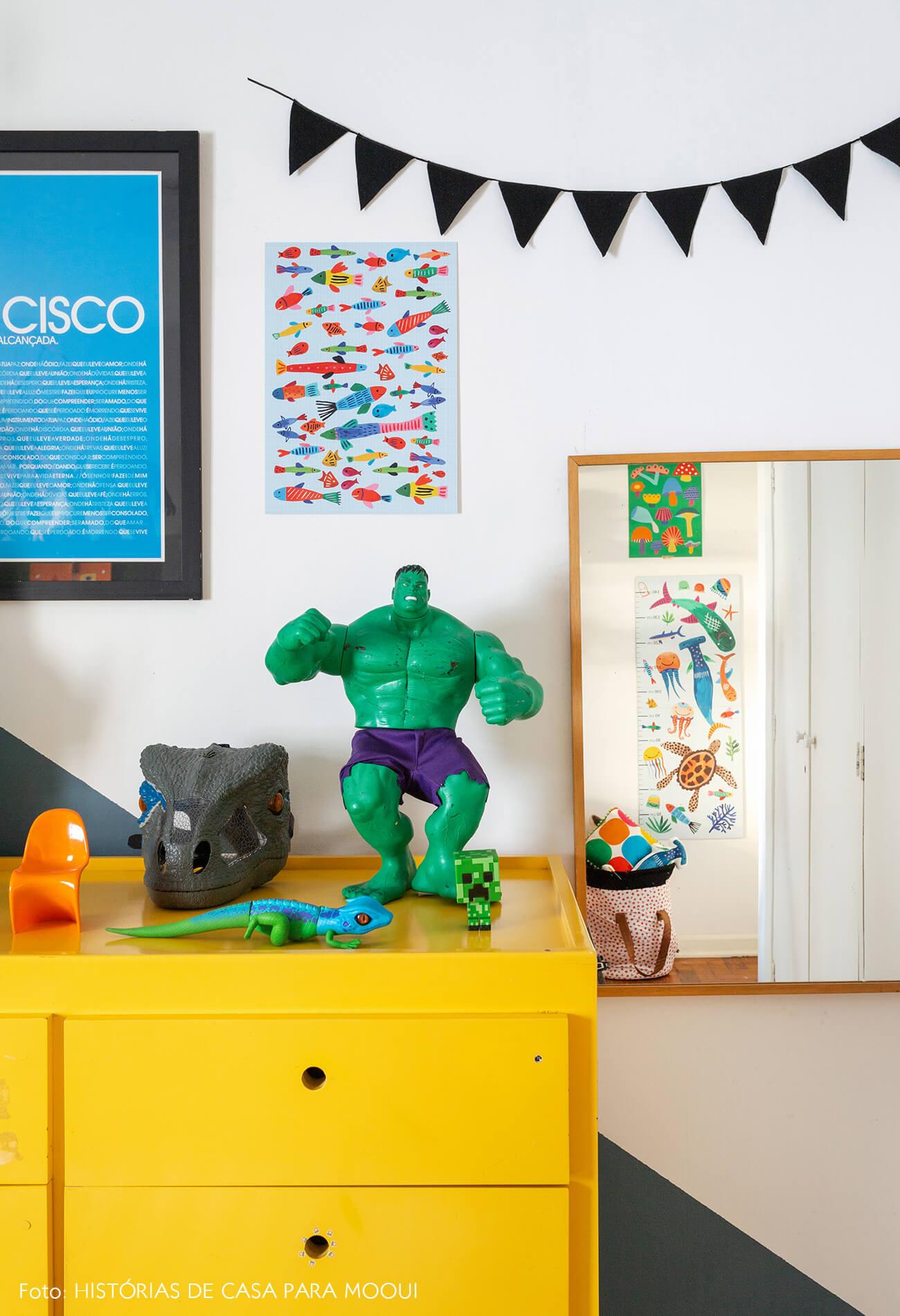 Quarto de criança com móveis coloridos