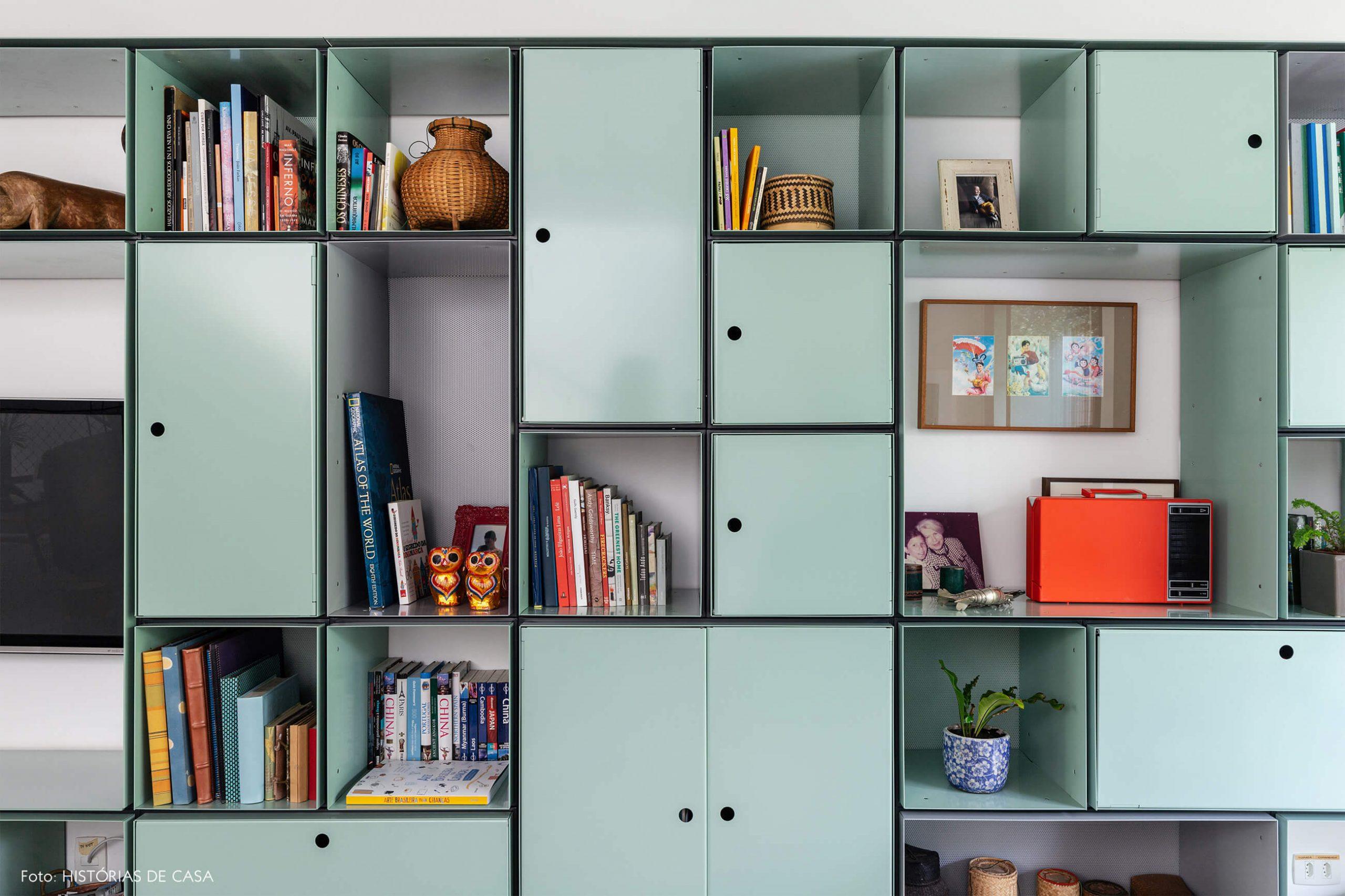 decoração casa sala com estante verde de metal
