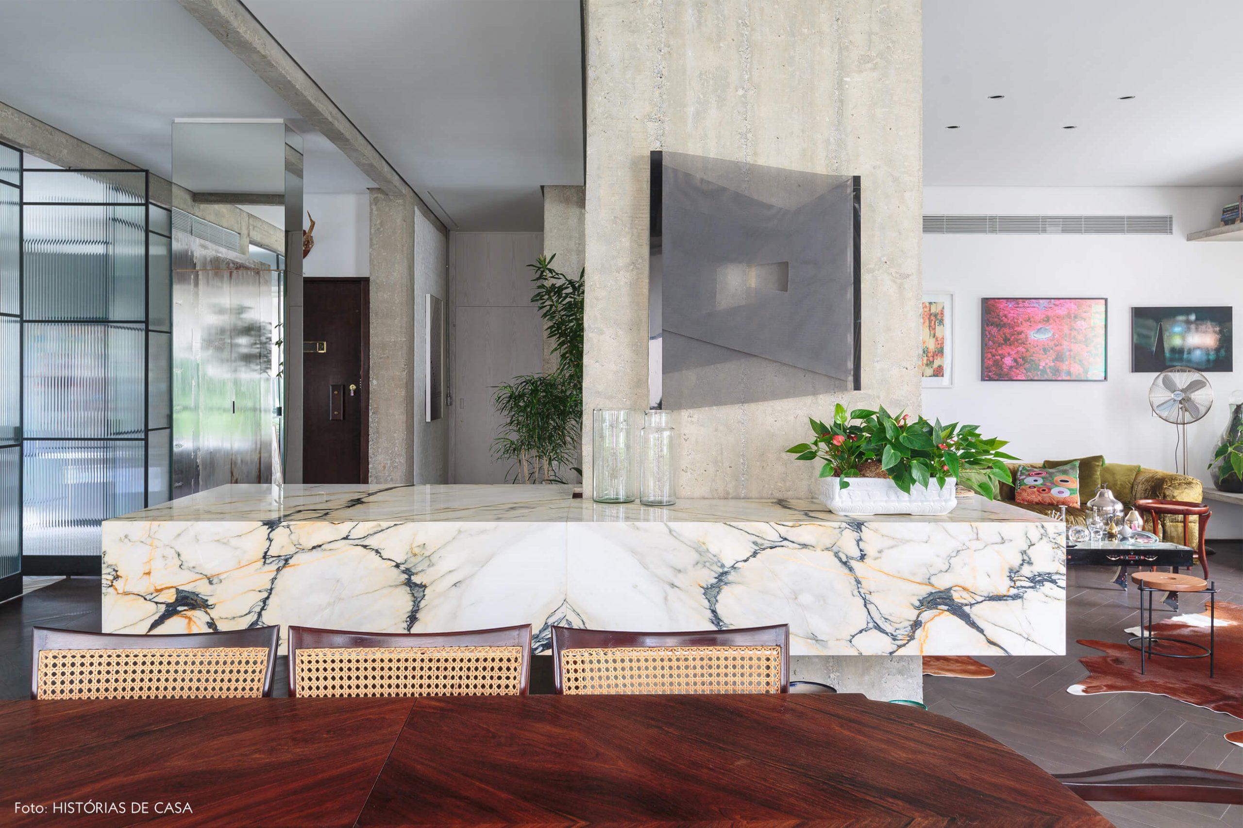 decoração ap sala jantar com cadeira de palhinha, bancada de mármore e coluna de concreto