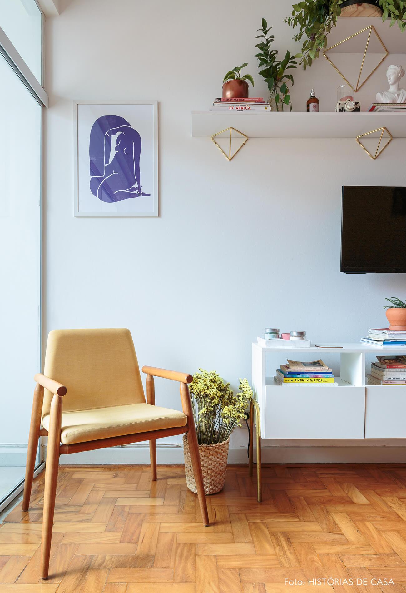 decoração ape alugado sala com poltrona amarela e rack branco