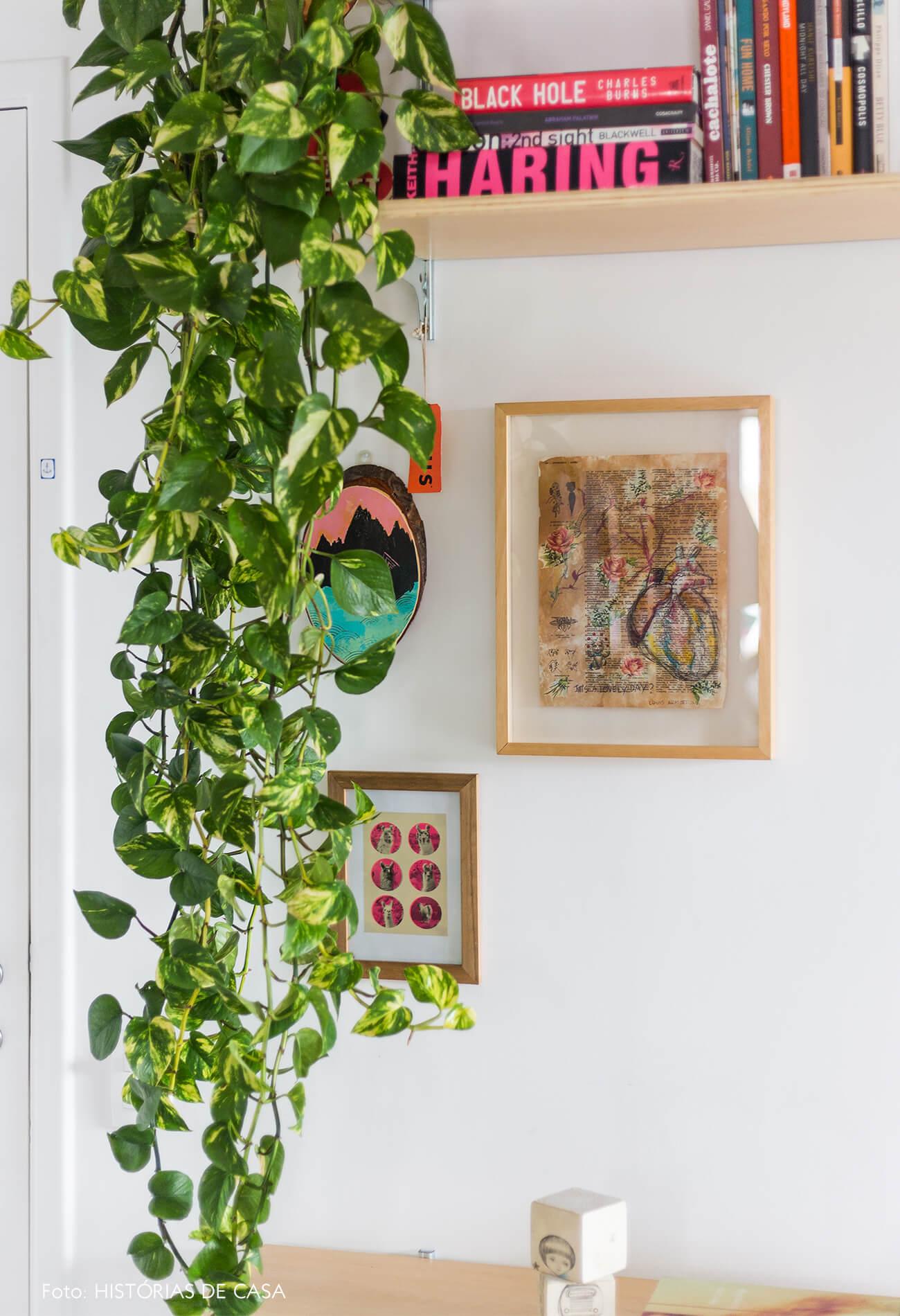 decoração sala com prateleiras de madeira clara e quadros