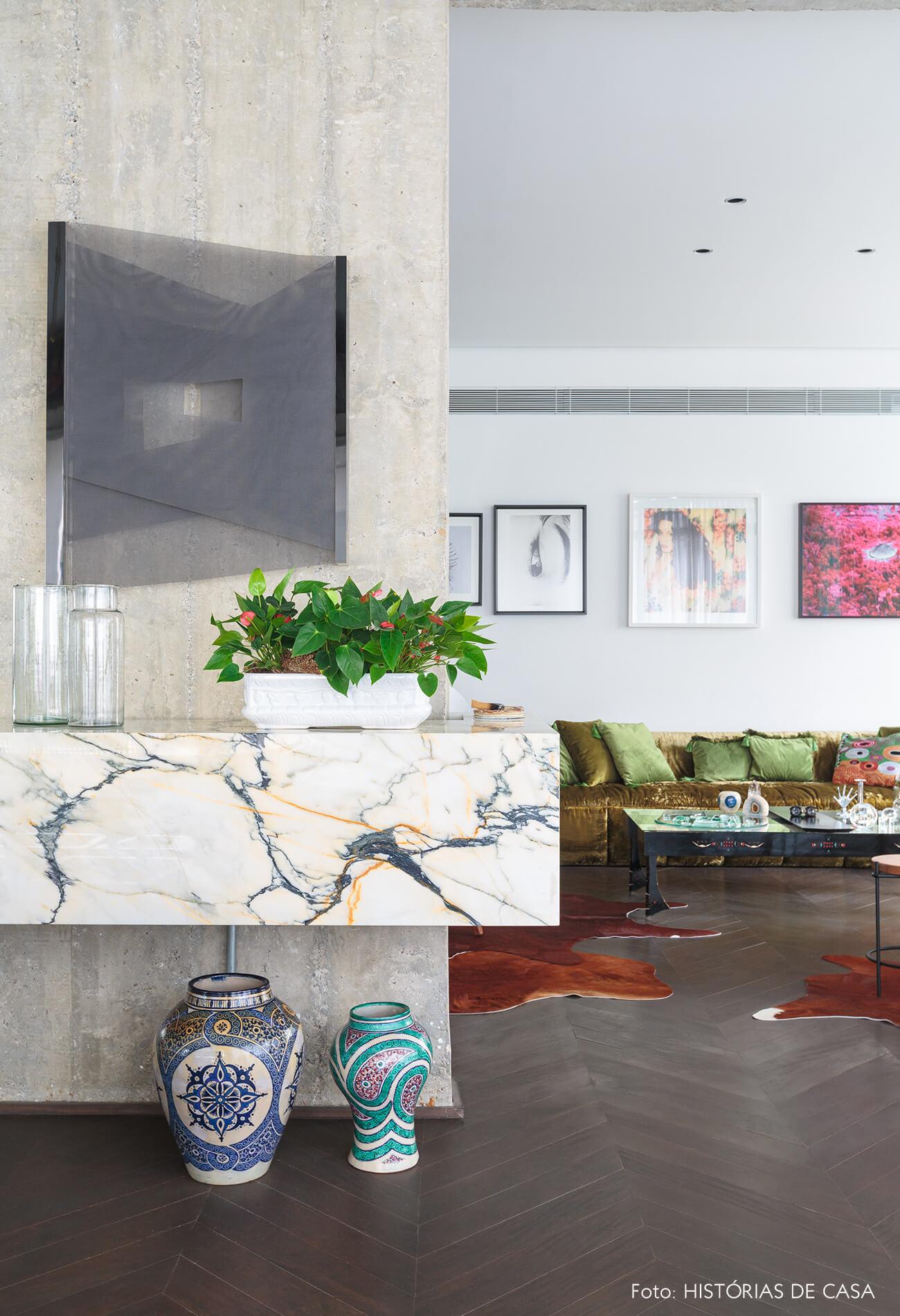 decoração ap sala com bancada de mármore e coluna de concreto