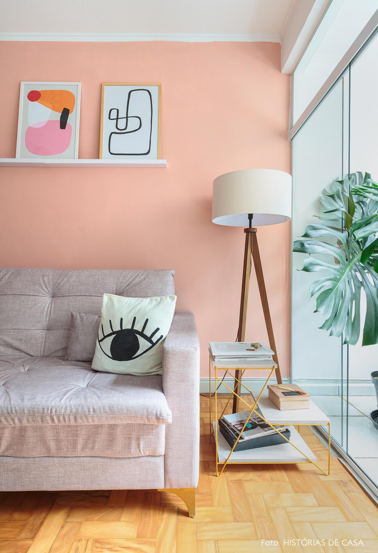 decoração ape alugado sala com parede rosa, abajur com pes de madeira